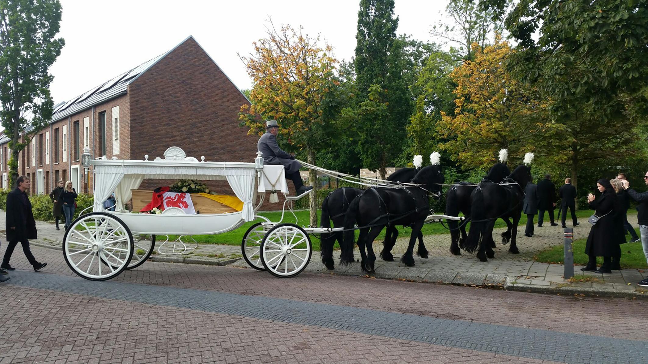Oud-Krommenieër overleden: Dirk Zwart (90) in witte koets met zwarte paarden naar rustplaats