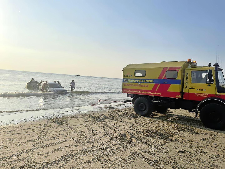 Twee zwemmers in de problemen en een auto die vastzit in het opkomende water. Reddingsbrigade Callantsoog moet op zomerse dag drie keer in actie komen