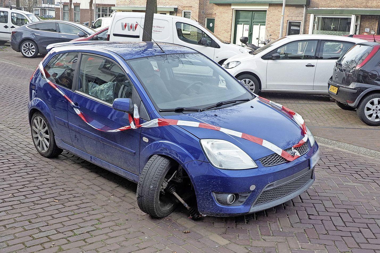 Auto botst op geparkeerde auto in IJmuiden, bestuurder naar het politiebureau