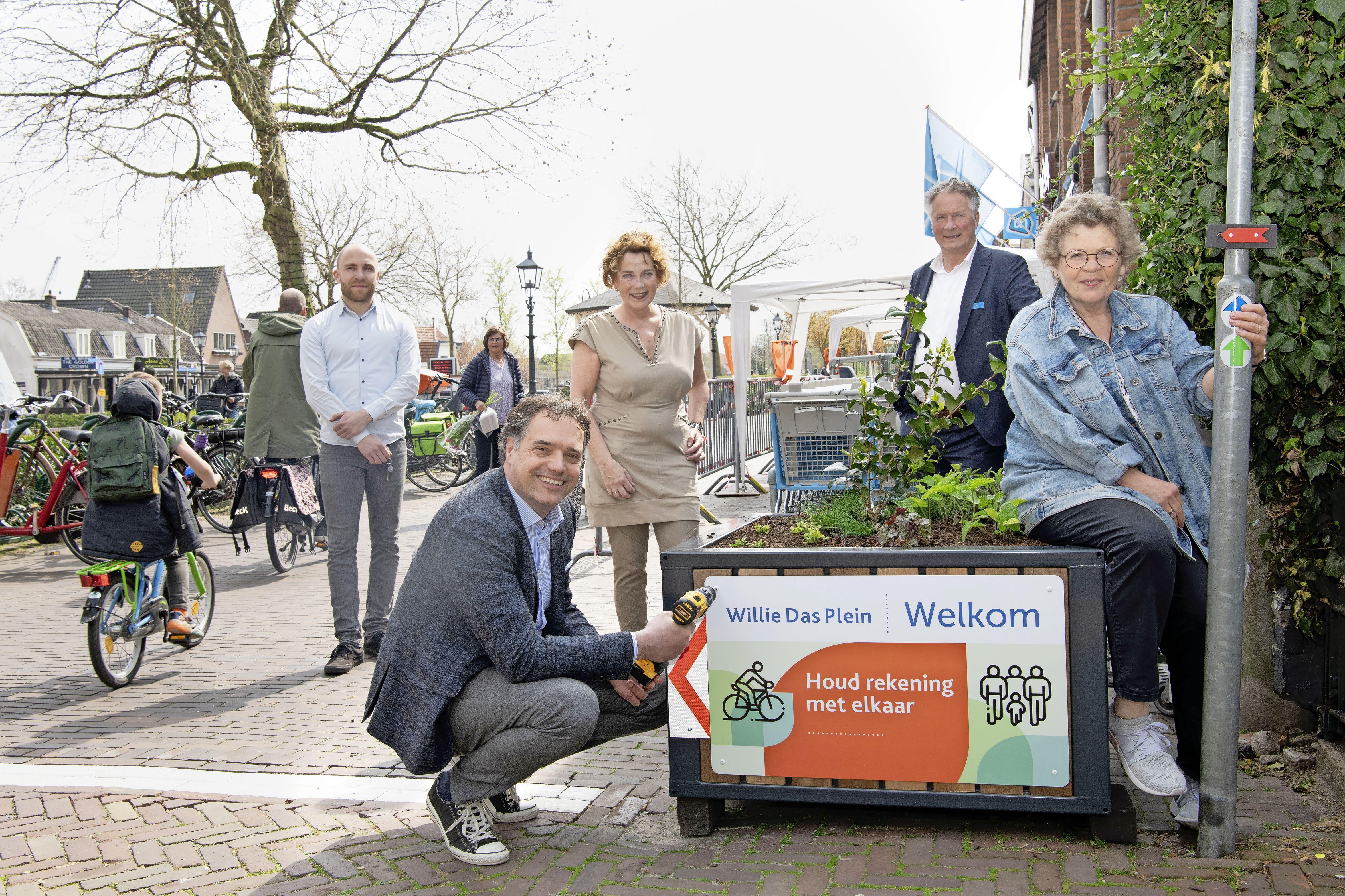 Grote bloembakken tegen lastige verkeerssituatie bij het Willie Dasplein Nederhorst den Berg