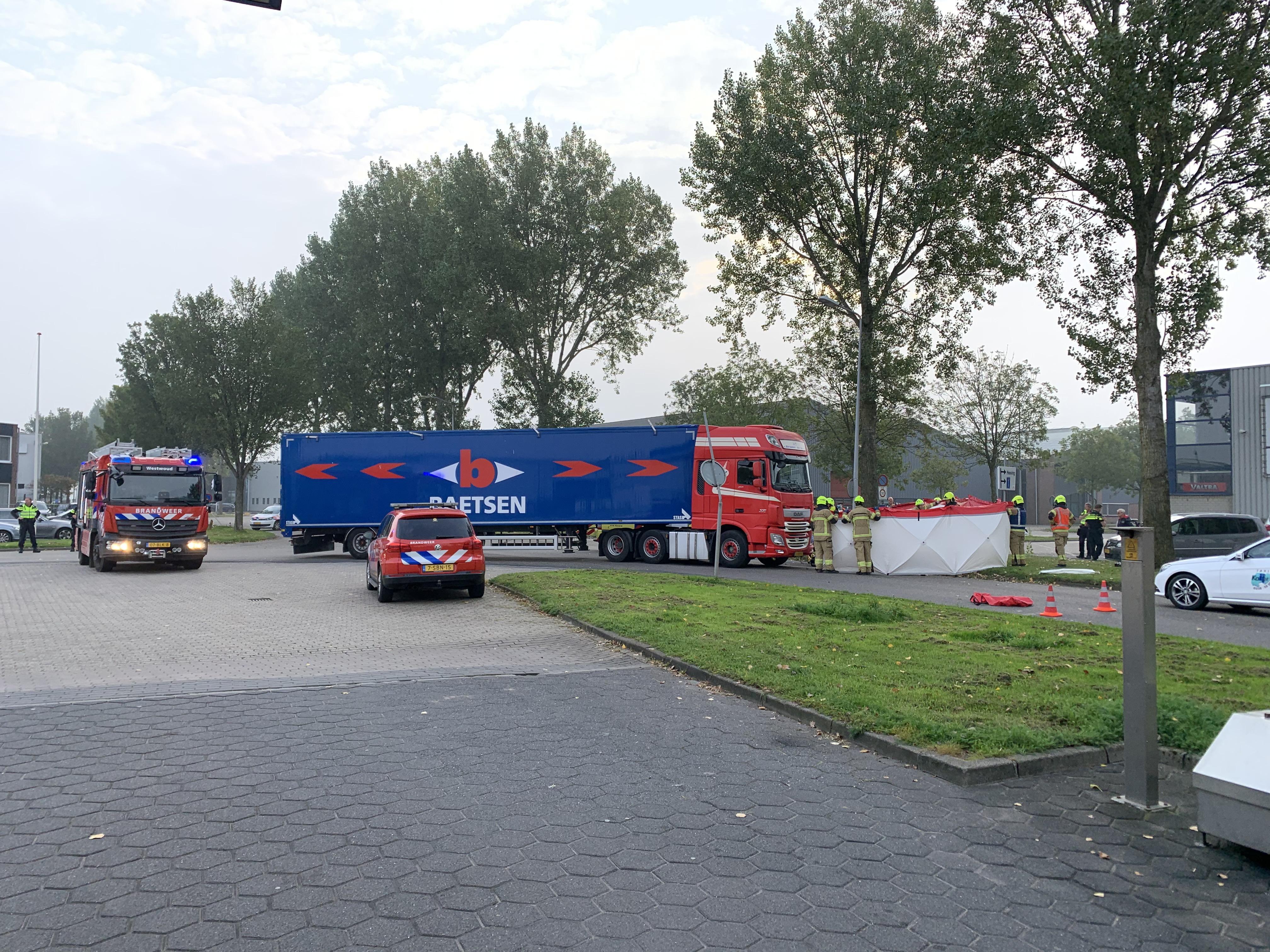 Fietser ernstig gewond bij ongeval met vrachtwagen in Zwaagdijk-Oost