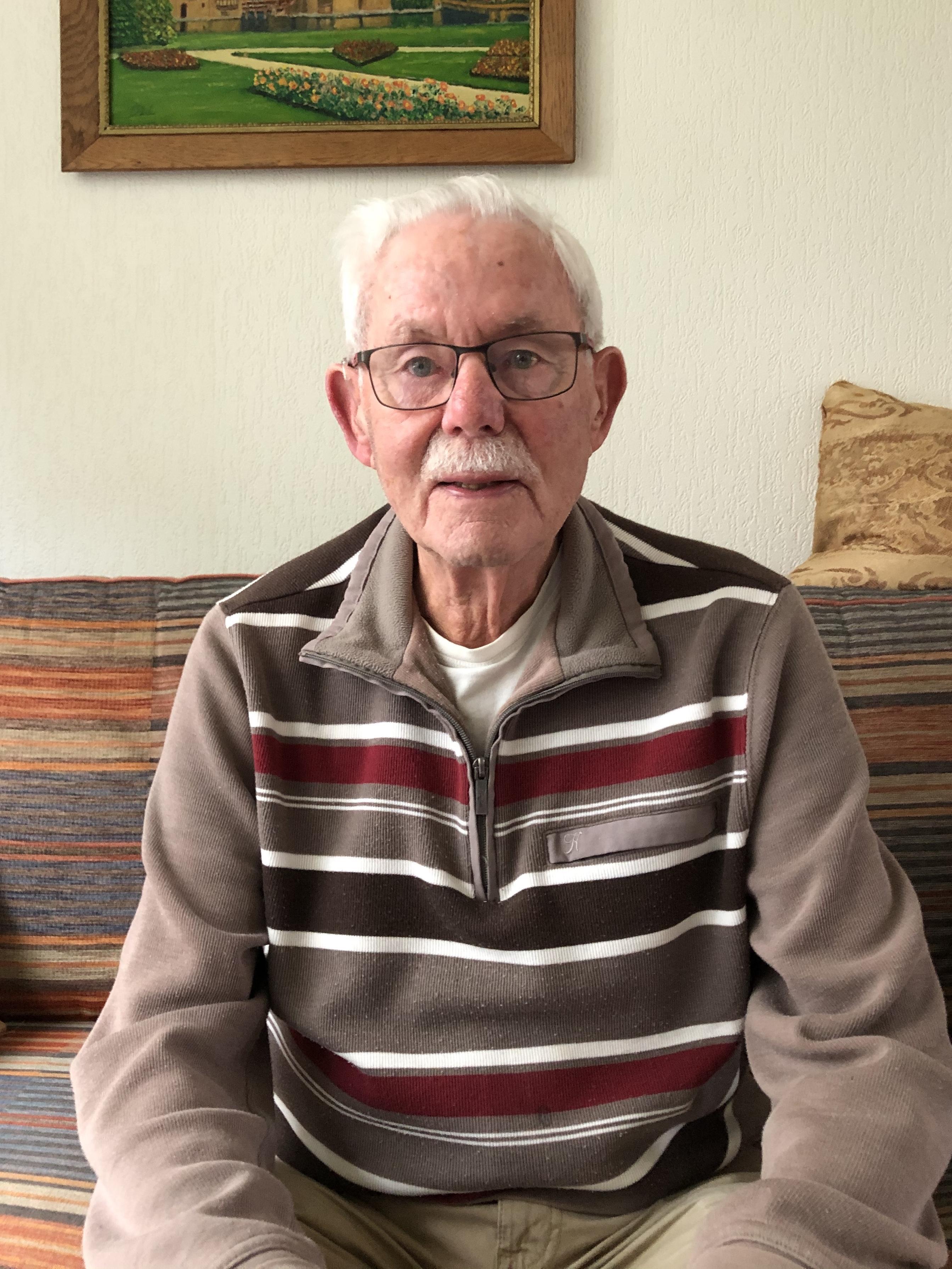 Jan Blonk woont al 52 jaar aan de Parallelweg in Schagen. 'Wij waren vroeger de enigen met een telefoon in de straat, dus de hele buurt kwam altijd bij ons bellen'
