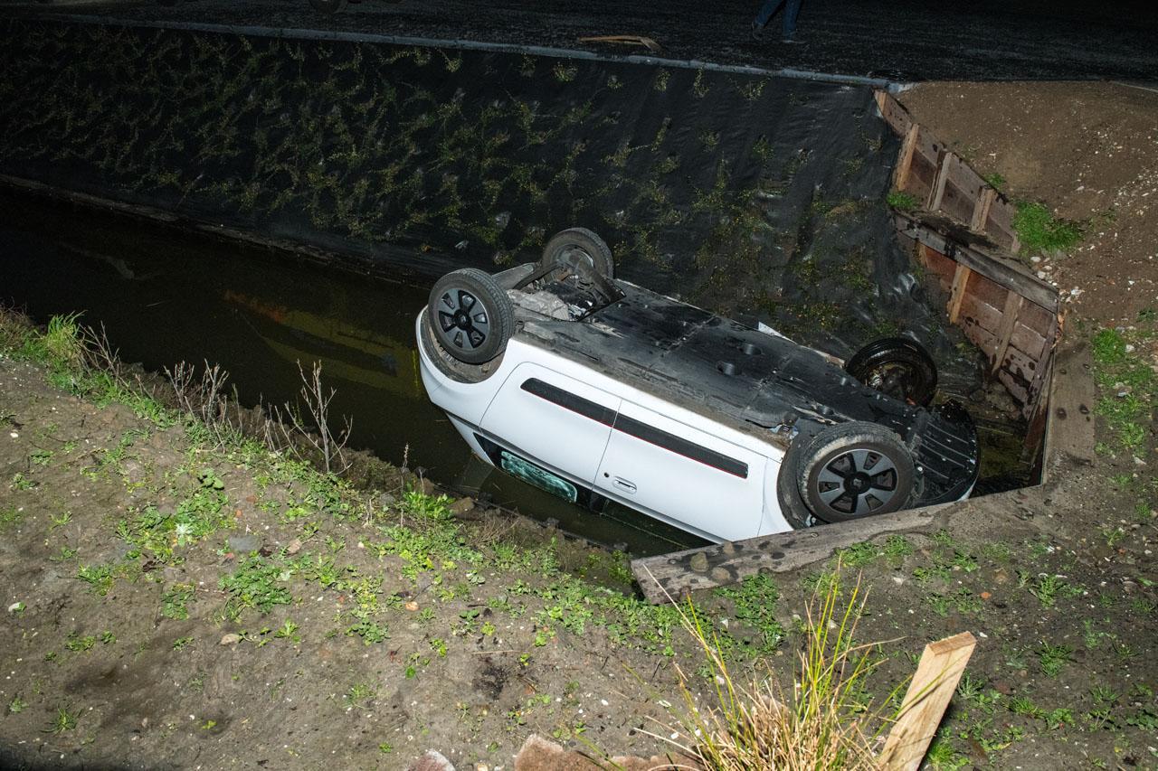Auto belandt op z'n kop in sloot in Zwaanshoek