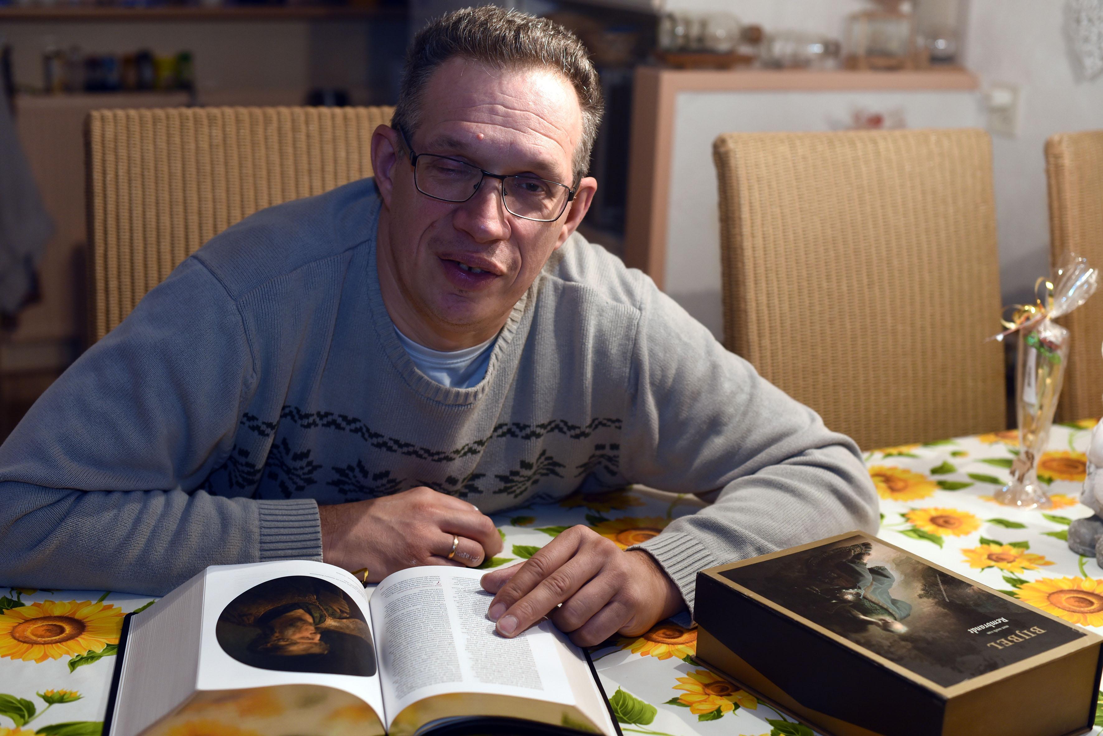 Andijker Erik Schoneveld test kennis in Bijbelquiz op tv