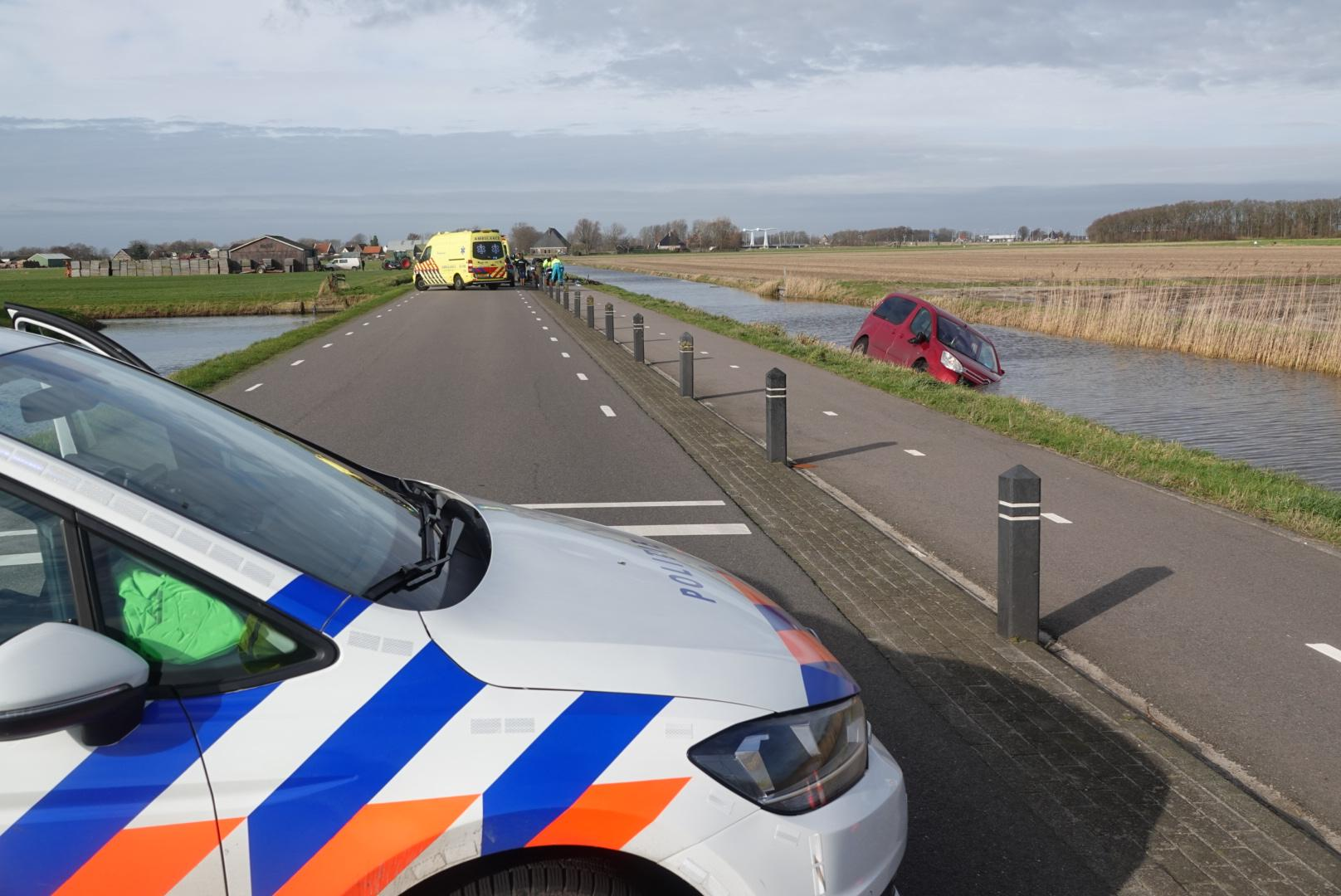 Bestuurder rijdt in Schagerbrug via fietspad het water in, fietsster gewond