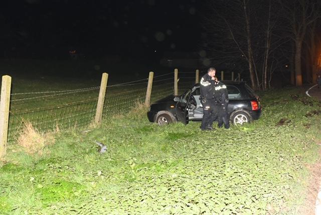 Auto ramt lichtmast en hek in Oude Wetering, bestuurder aangehouden