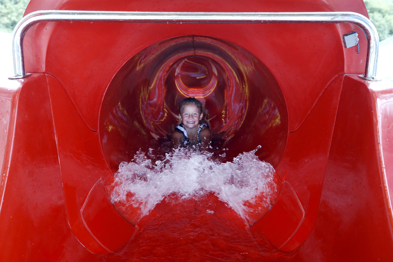 Plons! Nieuwe waterglijbanen bij De Bongerd in Tuitjenhorn open na maand vertraging. 'Je moet de linkerbaan nemen: die is het leukste'