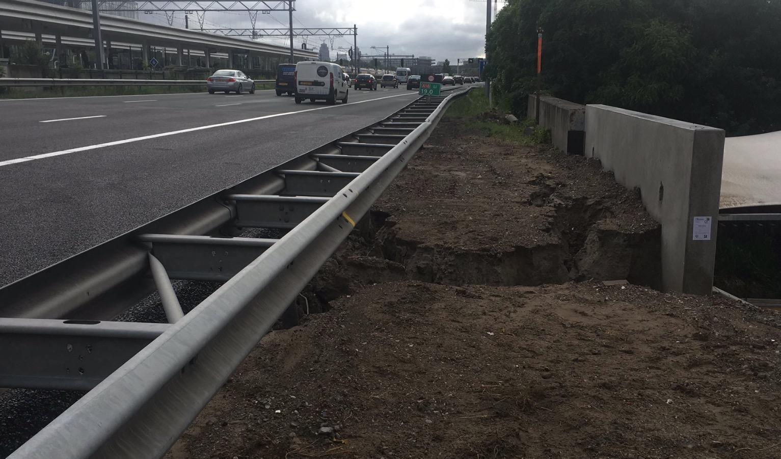 Grondverschuiving onder asfalt spitsstrook A10