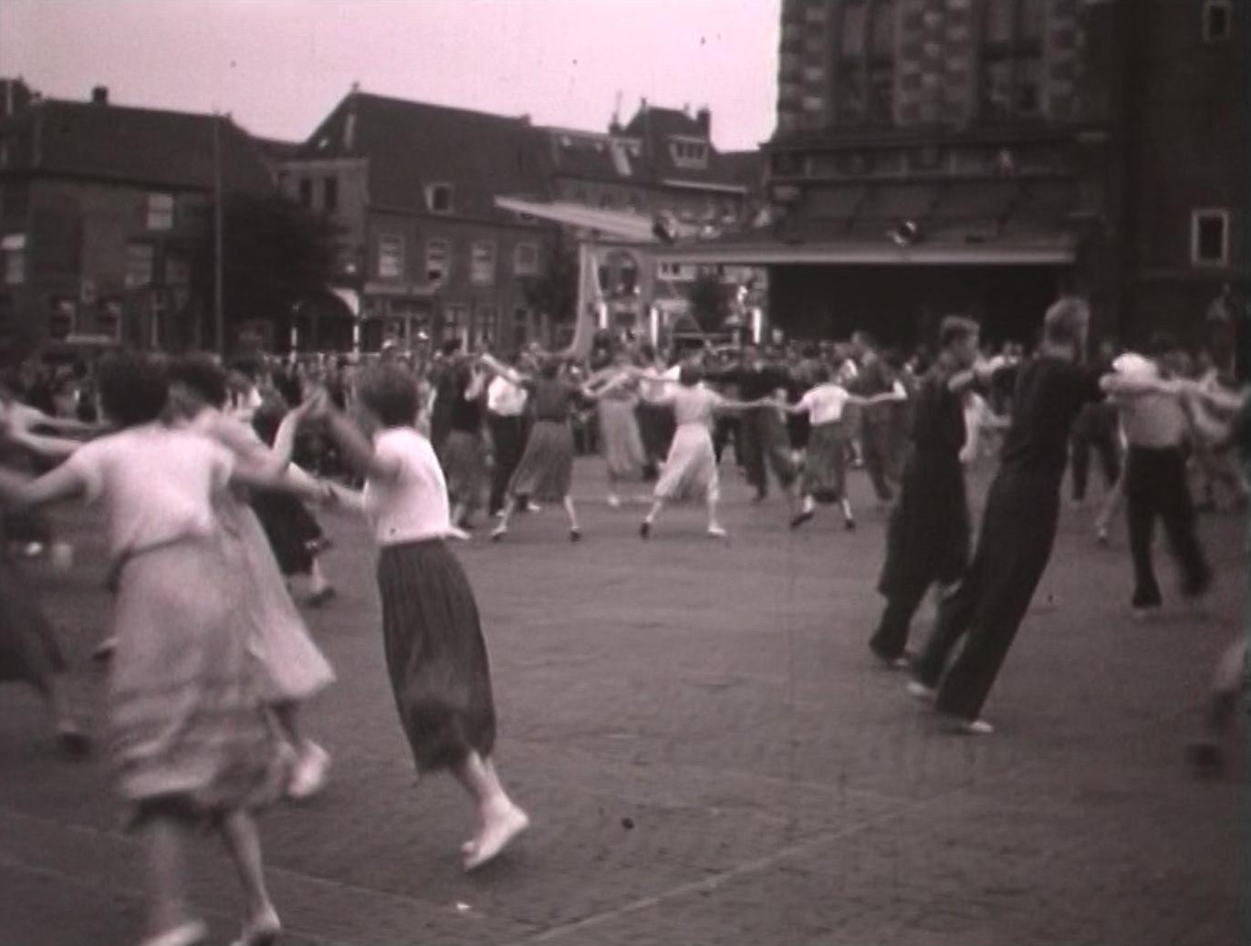 Bewegend Verleden: Volksdansen op het Waagplein in Alkmaar, 1954 [video]