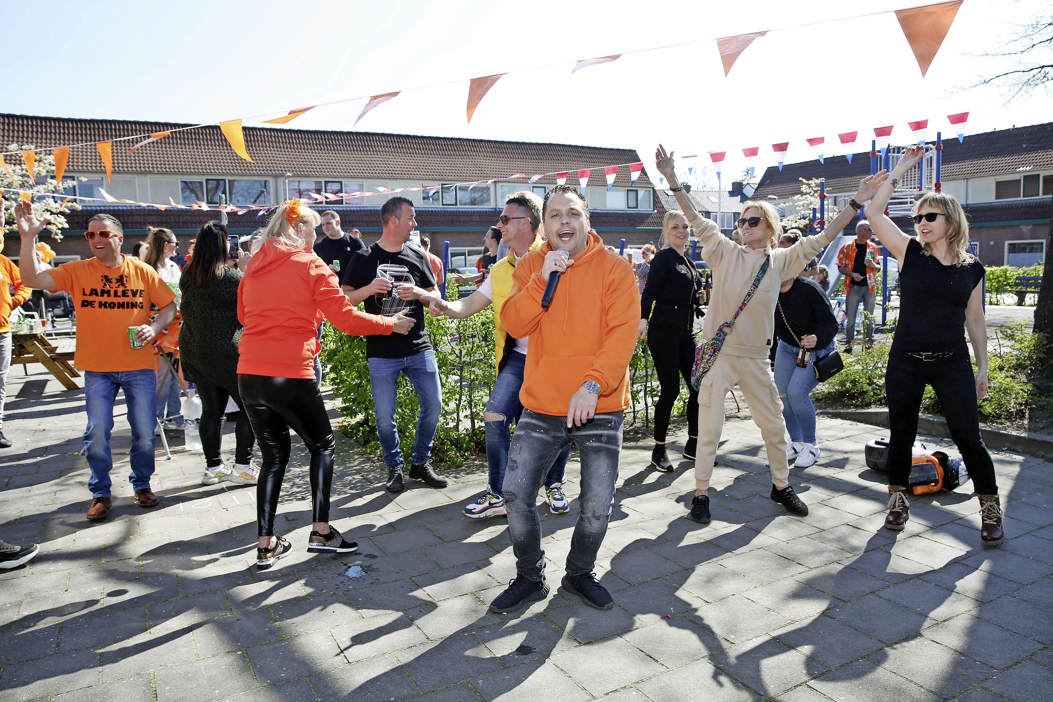 'Geen Oranjefeesten dit jaar? Dan organiseren we zelf wel wat leuks', dachten ze in de Bussumer Spijkerstraat. Een zanger erbij, en gaan!