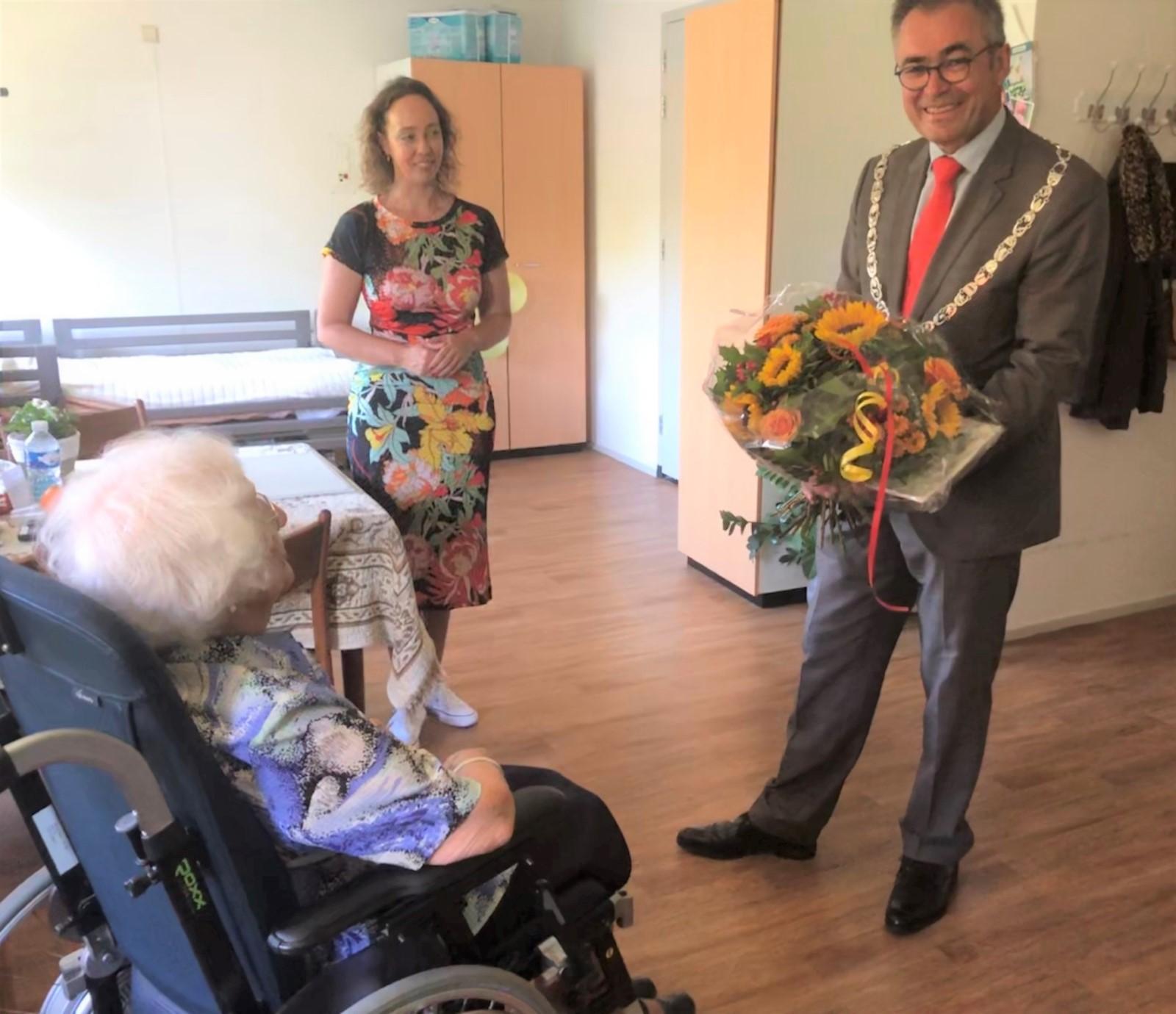 Mevrouw De Leeuw in De Molenburg wordt 106 jaar maar danst nog steeds