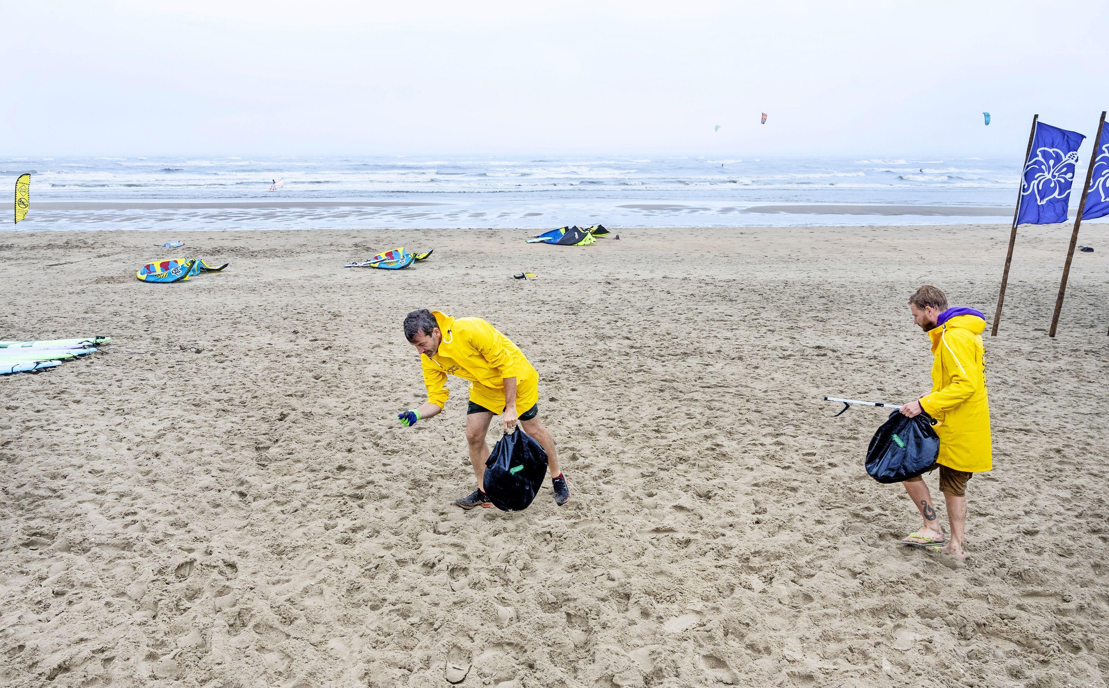 'Ploggen' op het Bloemendaalse strand: 'Zoeken is leuk, maar ik ben vooral creatief met plastic'