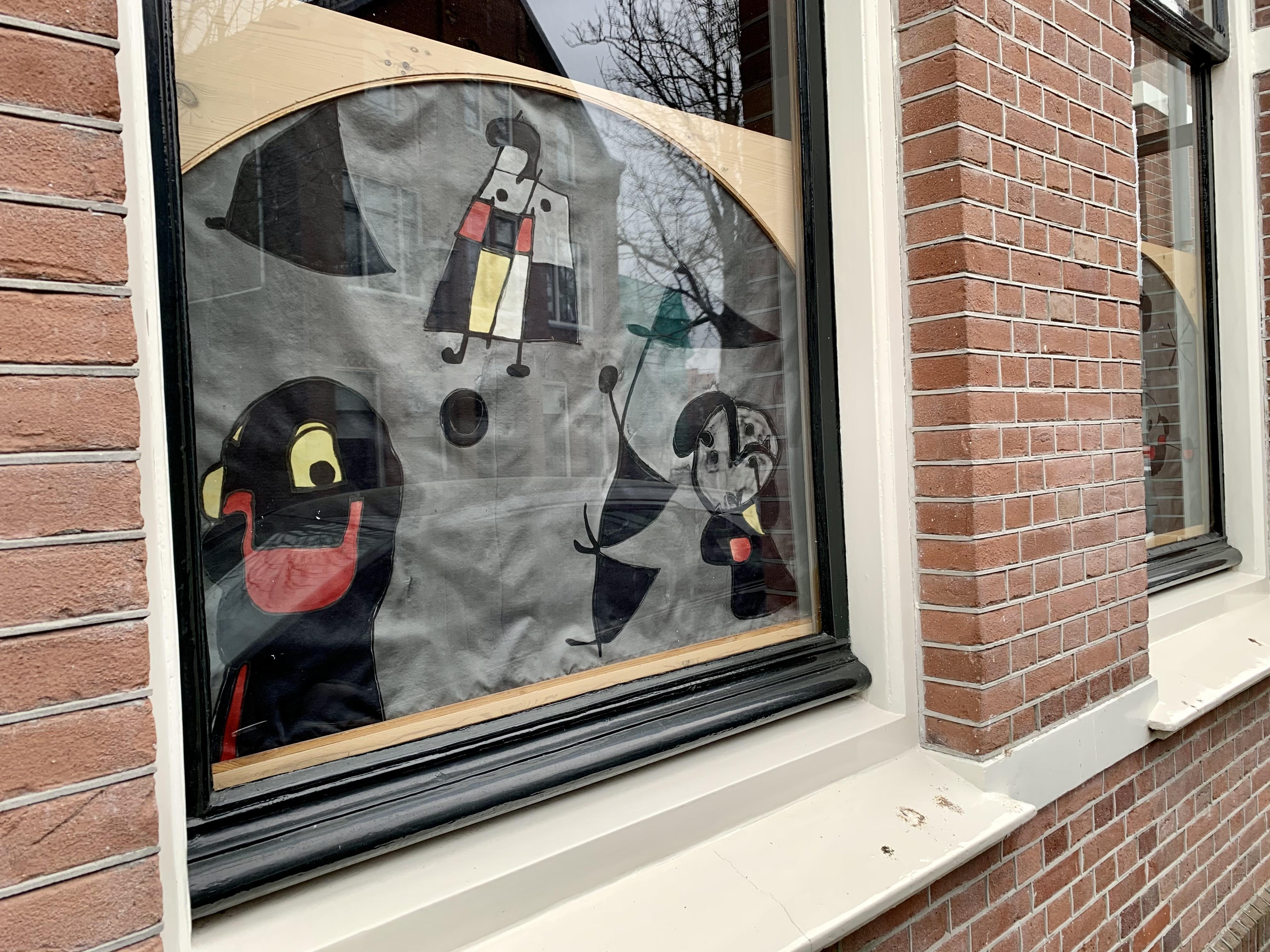 Marleen en Aart hebben zijdeschilderingen van Miró, Kandinsky en Malevich tegen de inkijk. [column Onderweg]