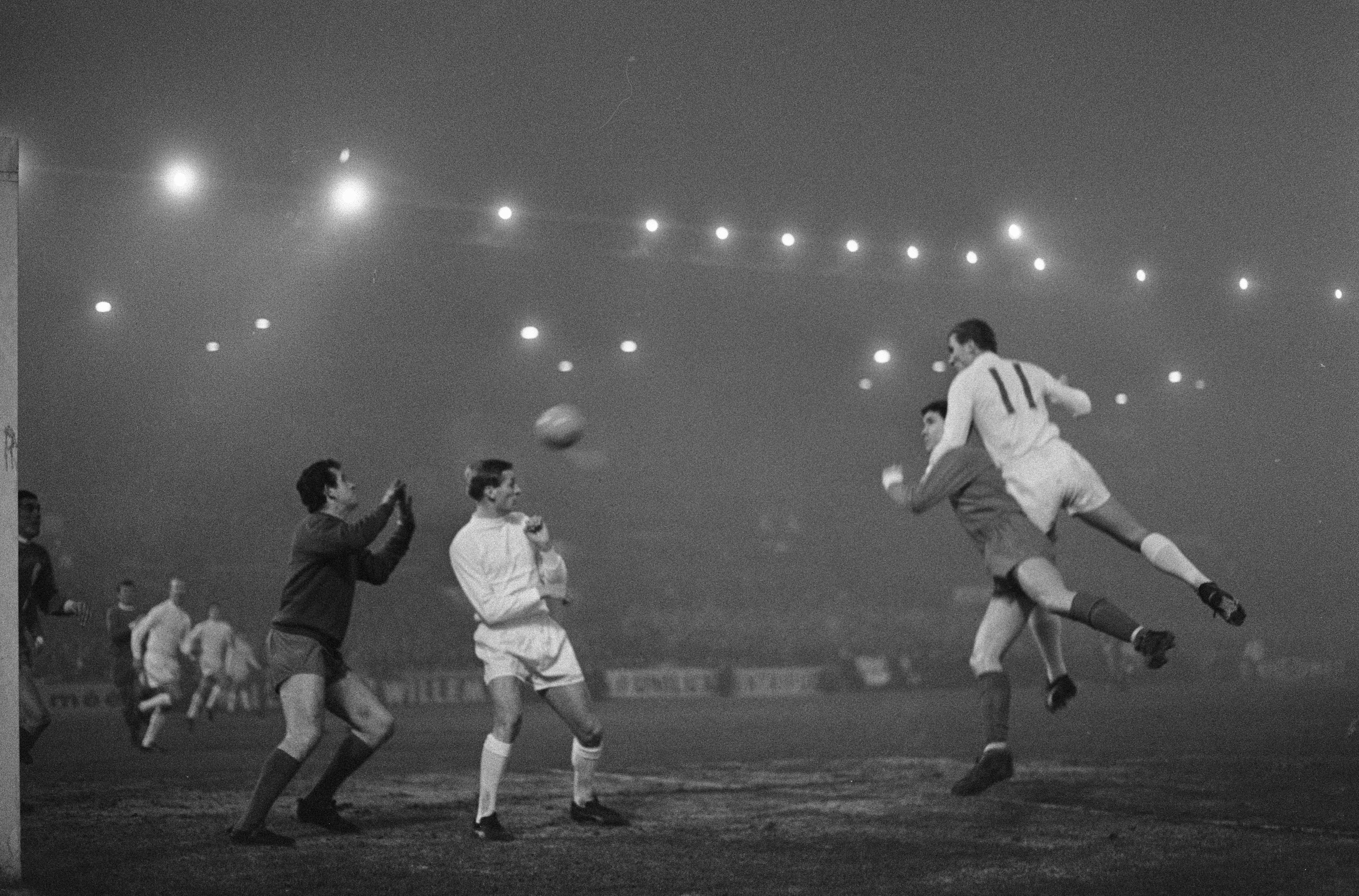 Toen hij stopte met voetbal was hij gescheiden, failliet en alcoholist, maar op zijn kopbal tegen Liverpool in de mist kon Ajacied Cees de Wolf zijn leven lang leunen [video]