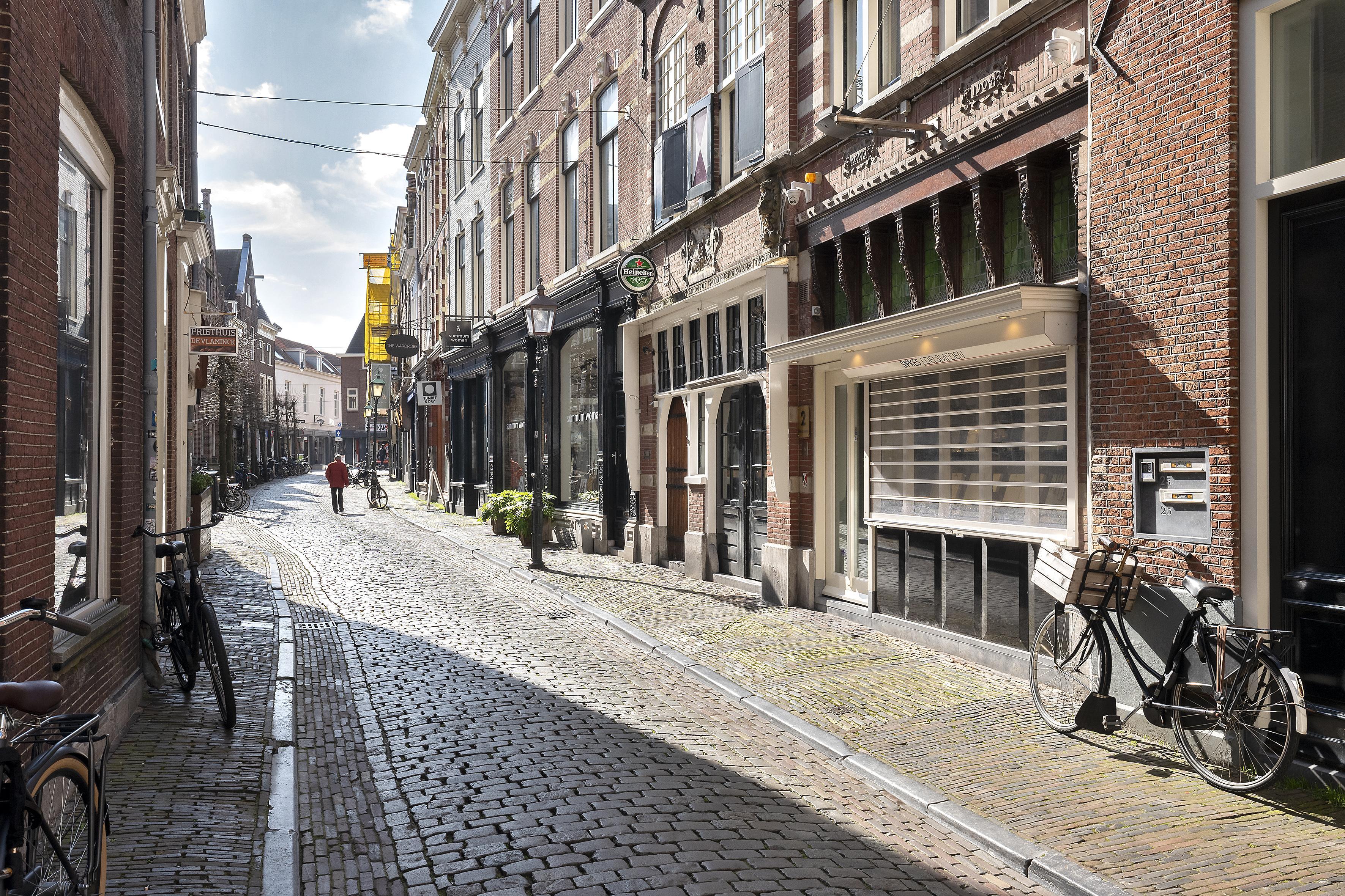 'De ultieme stoep vind ik in de Warmoesstraat, maar die straat behoort met haar kasseien en dat licht erop sowieso tot de mooiste straten van Haarlem' | Column