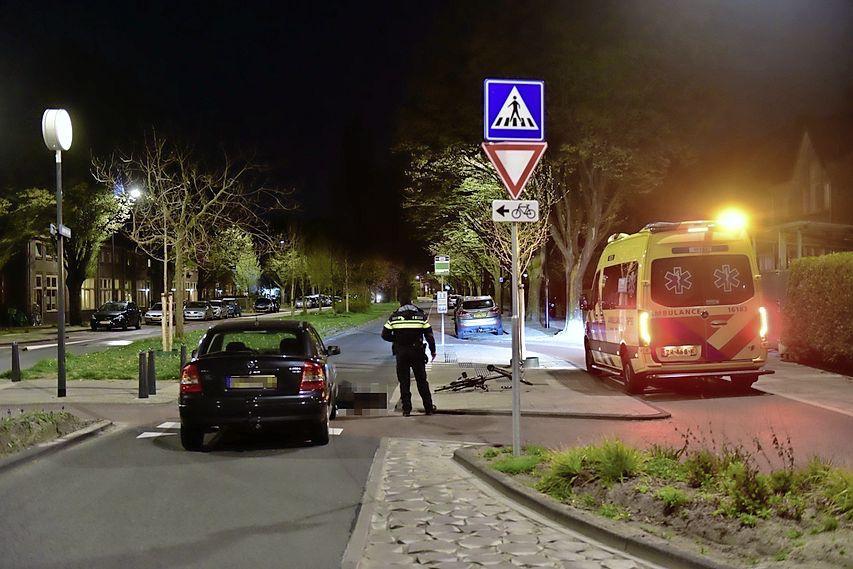 Weer gaat het mis bij geplaagde rotonde op Herenstraat in Leiden: fietser geschept door auto, slachtoffer naar ziekenhuis
