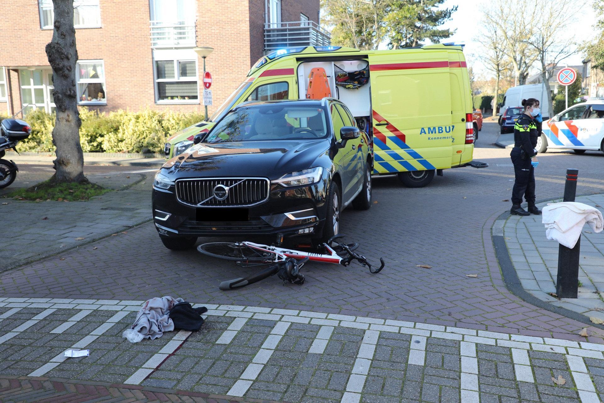 Fietsster zwaargewond bij botsing met auto op kruispunt in Bennebroek