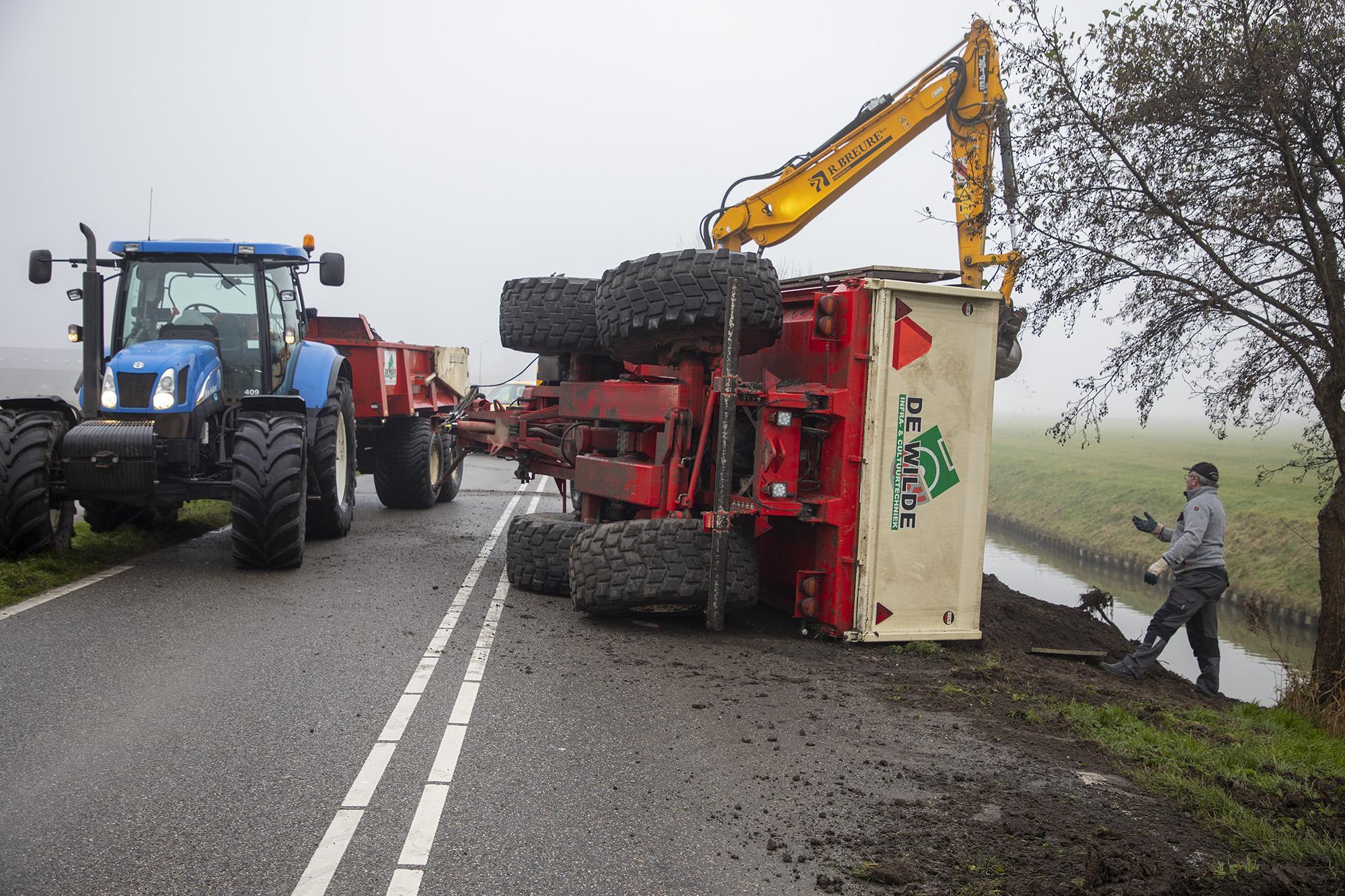 Gekantelde laadbak van tractor blokkeert N232 in Vijfhuizen