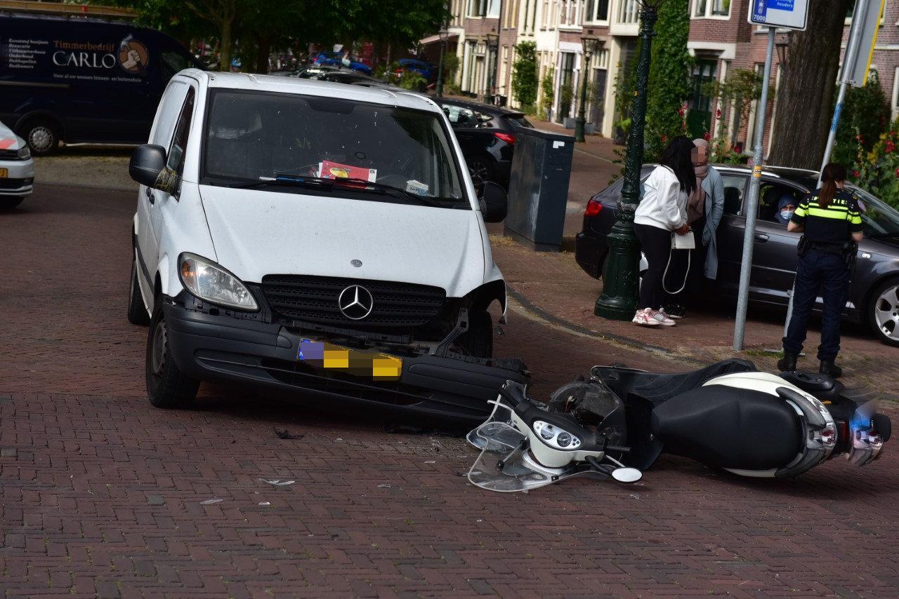 Scooterrijder gewond bij botsing met busje in Leiden