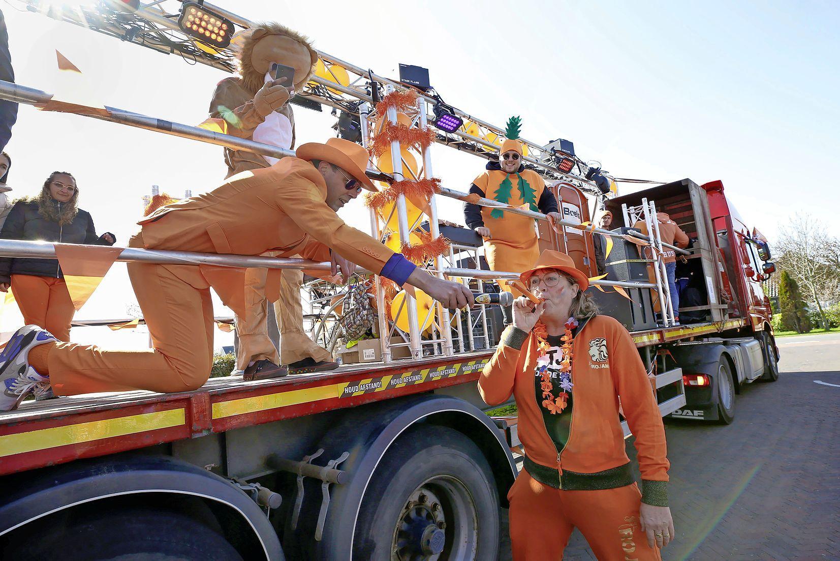 Koningsdag in de Polder: een oranje vorst, volop kermismuziek en af en toe een rookwolk trekt per vrachtwagen door de regio in de voortuintour