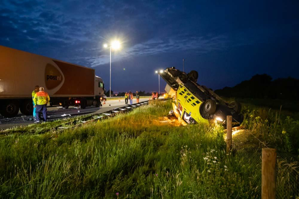 Dienstauto van Rijkswaterstaat geramd door vrachtwagen vol met post op de A27 [video]