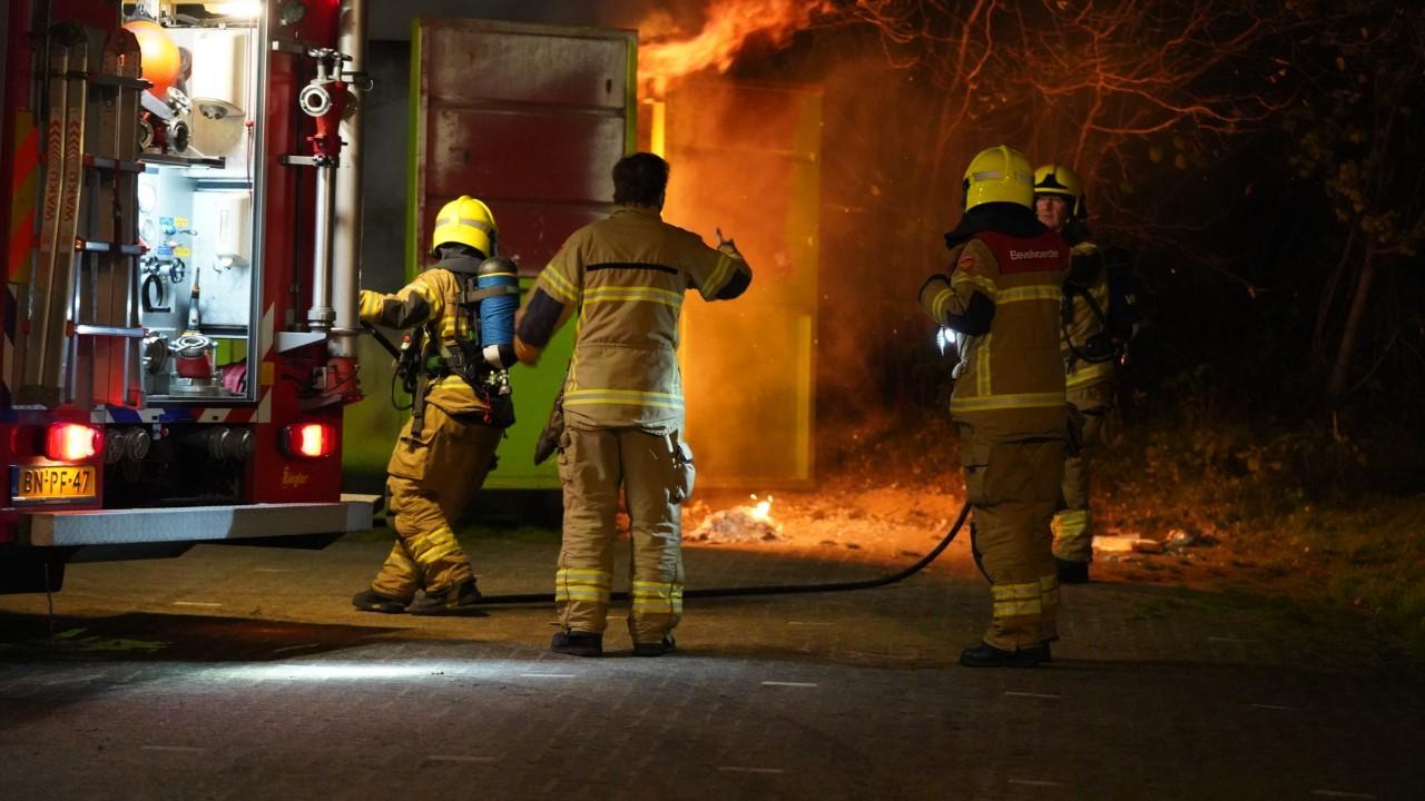 Papiercontainer bij Alkmaarse sportvereniging in brand gestoken; rook trekt over naastgelegen N9