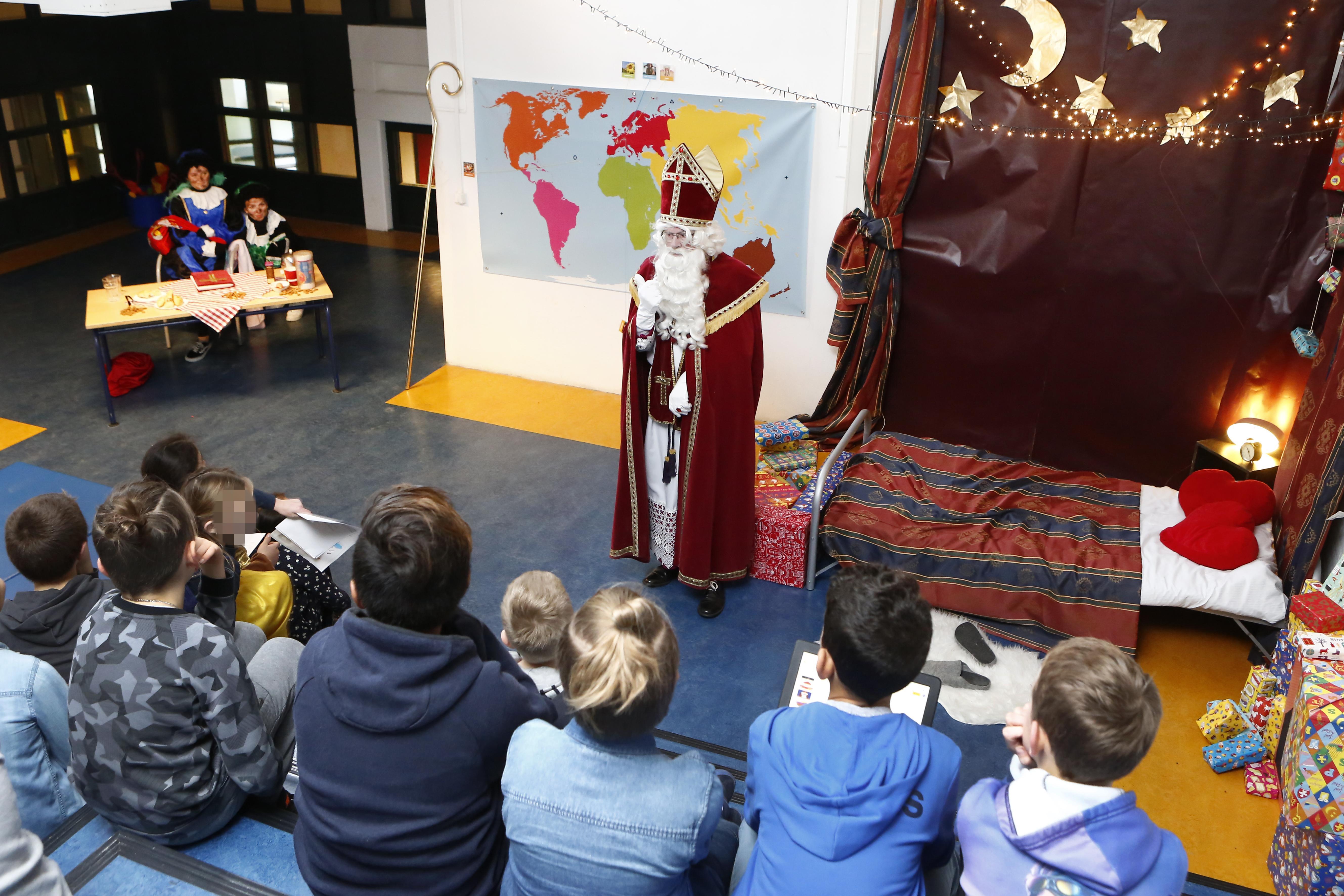 'Hij is bij óns komen logeren!' Leerlingen 2e Montessorischool Huizen blij en verrast over bezoek van Sinterklaas