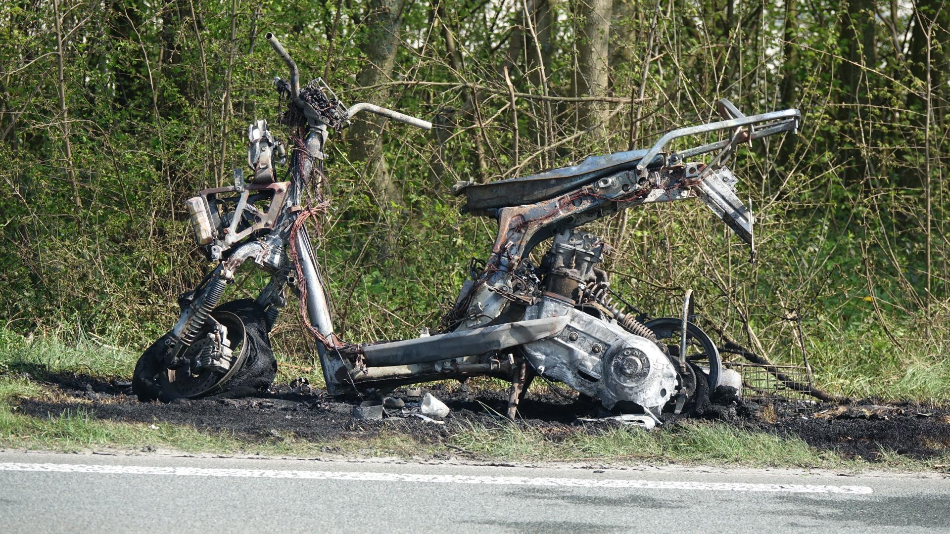 Motor vliegt tijdens het rijden in brand op de N245 bij Oudkarspel