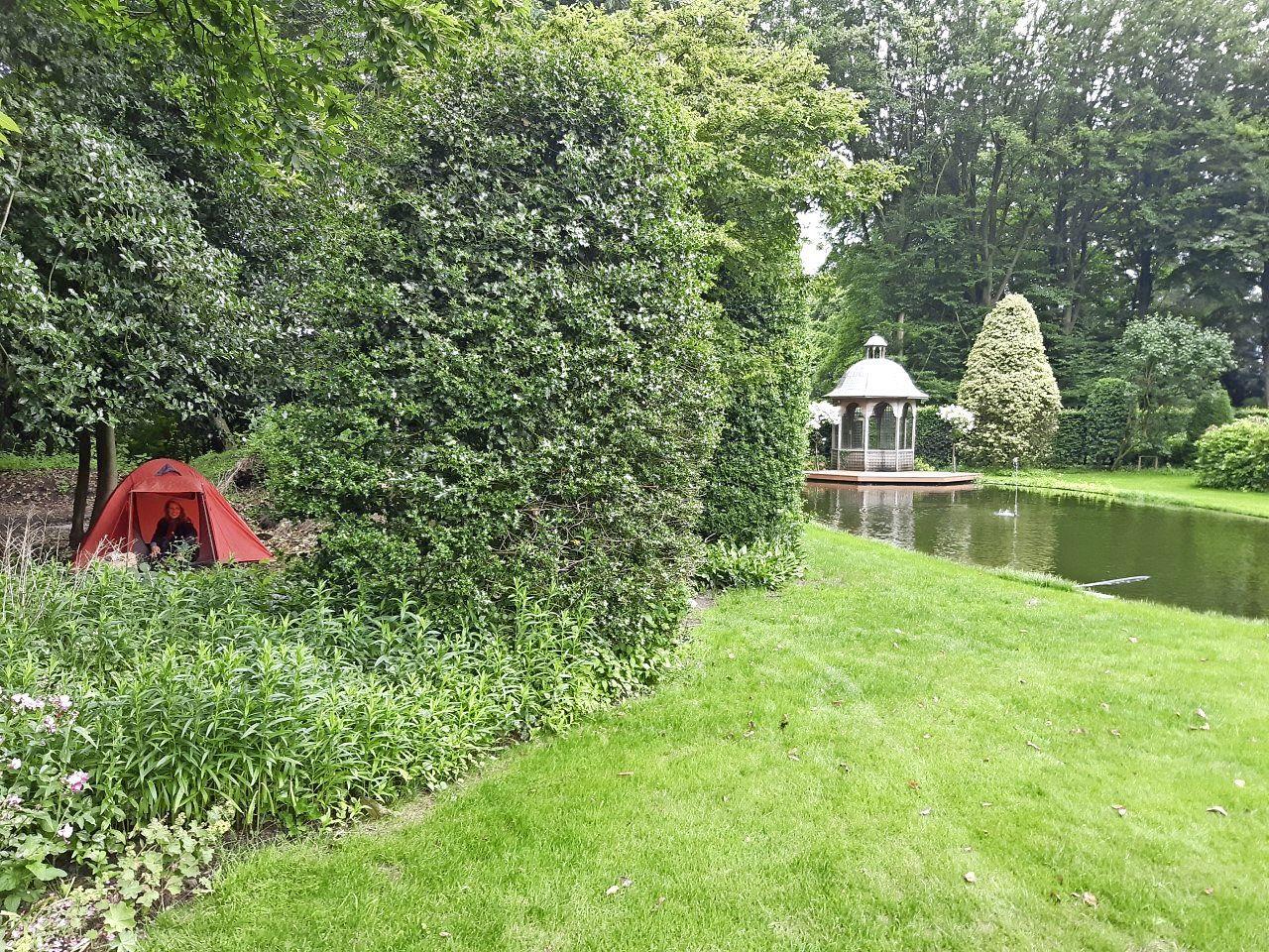 Slapen in de achtertuin van een Larense villa; 'De heer Wttewaall schoot hier vroeger met een jachtweer op zijn hanen. Er sneuvelde nog weleens een ruit'