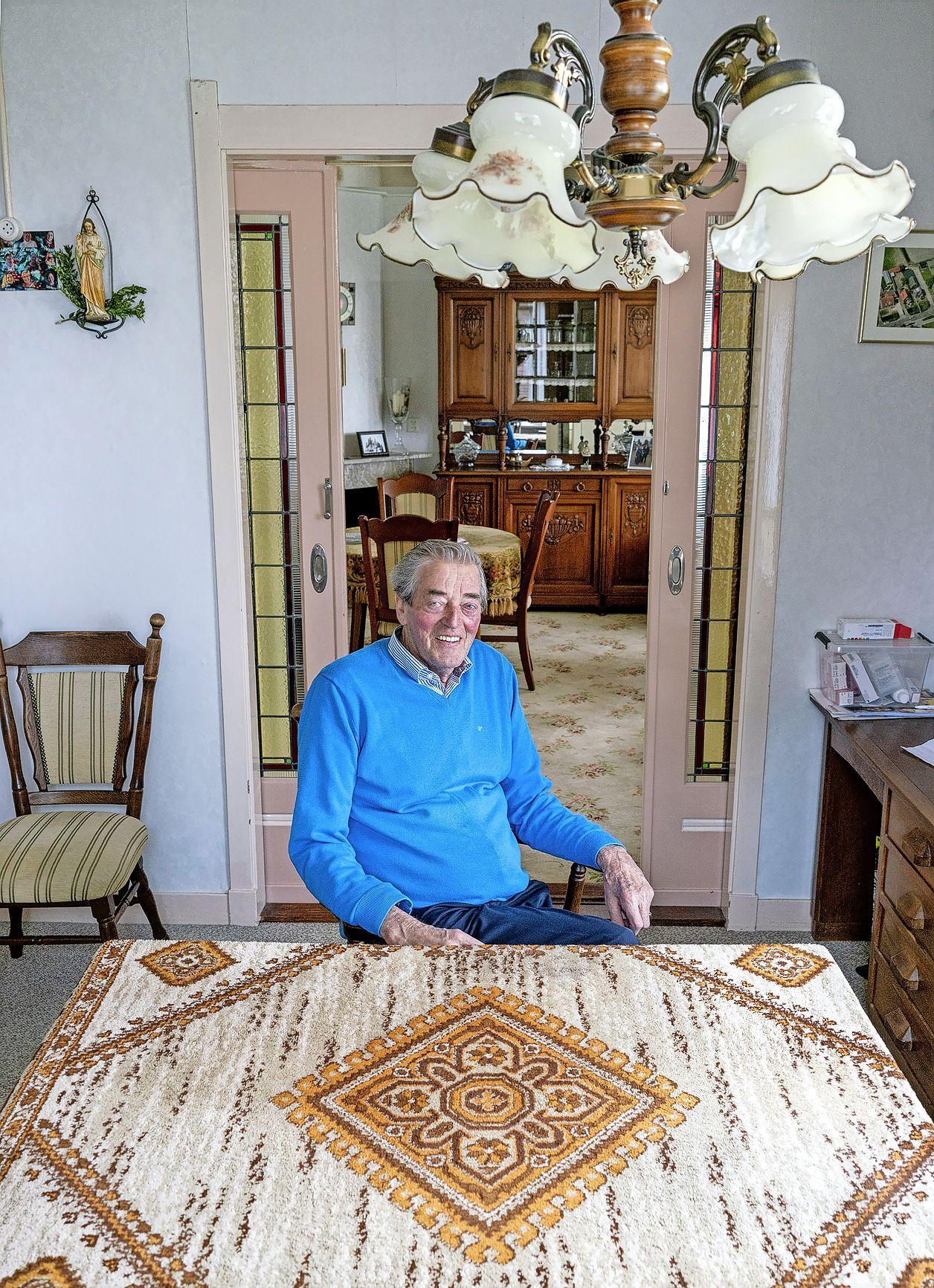'Ik heb een mooi vrij leven gehad'. Pé Overtoom woont al 75 jaar in zijn ouderlijk huis en wilde nooit weg. 'Ik was wel op zoek naar een vrouw, maar het lukte niet', zegt hij schouderophalend