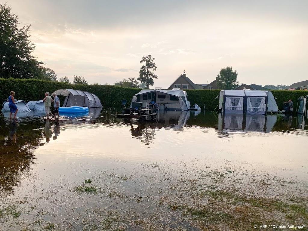 Straten en camping blank door stevige onweersbuien