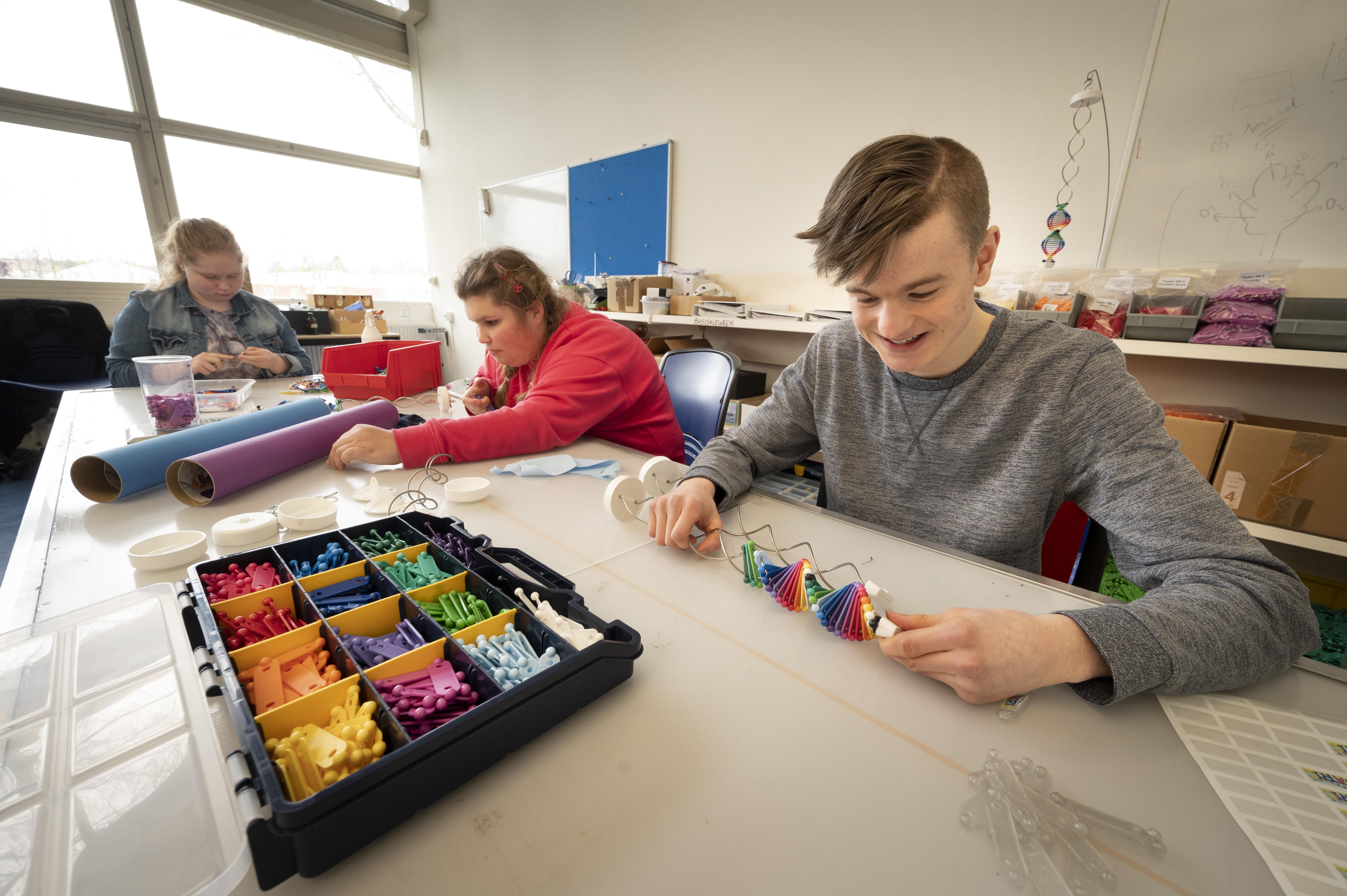 Jongeren van het speciaal onderwijs maken 'Franniez' voor chronisch zieke kinderen; 'Als ze hiermee thuiskomen, kunnen ze makkelijker praten'