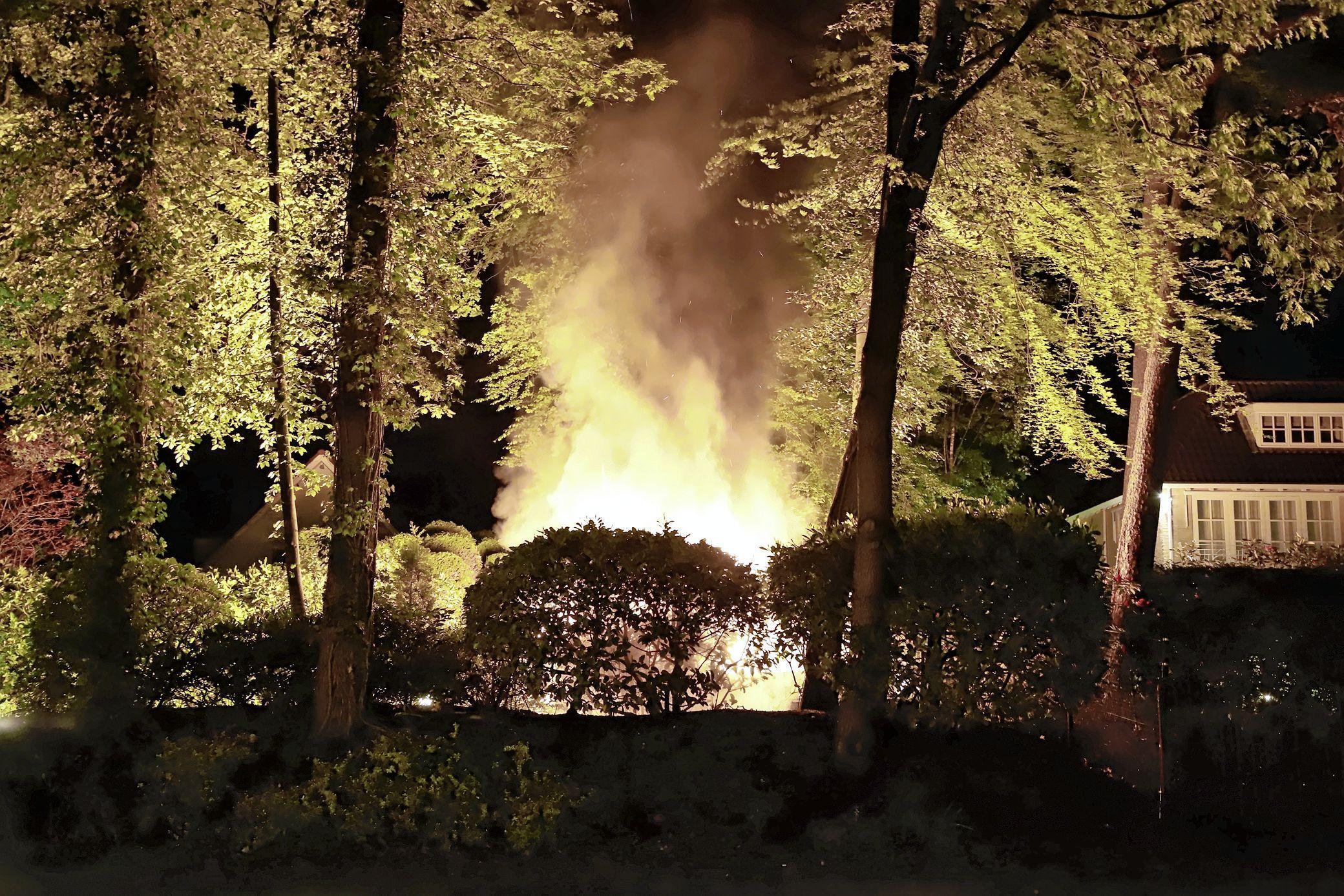 Dode man aangetroffen in uitgebrande bestelbus in Blaricum, politie gaat niet uit van misdrijf