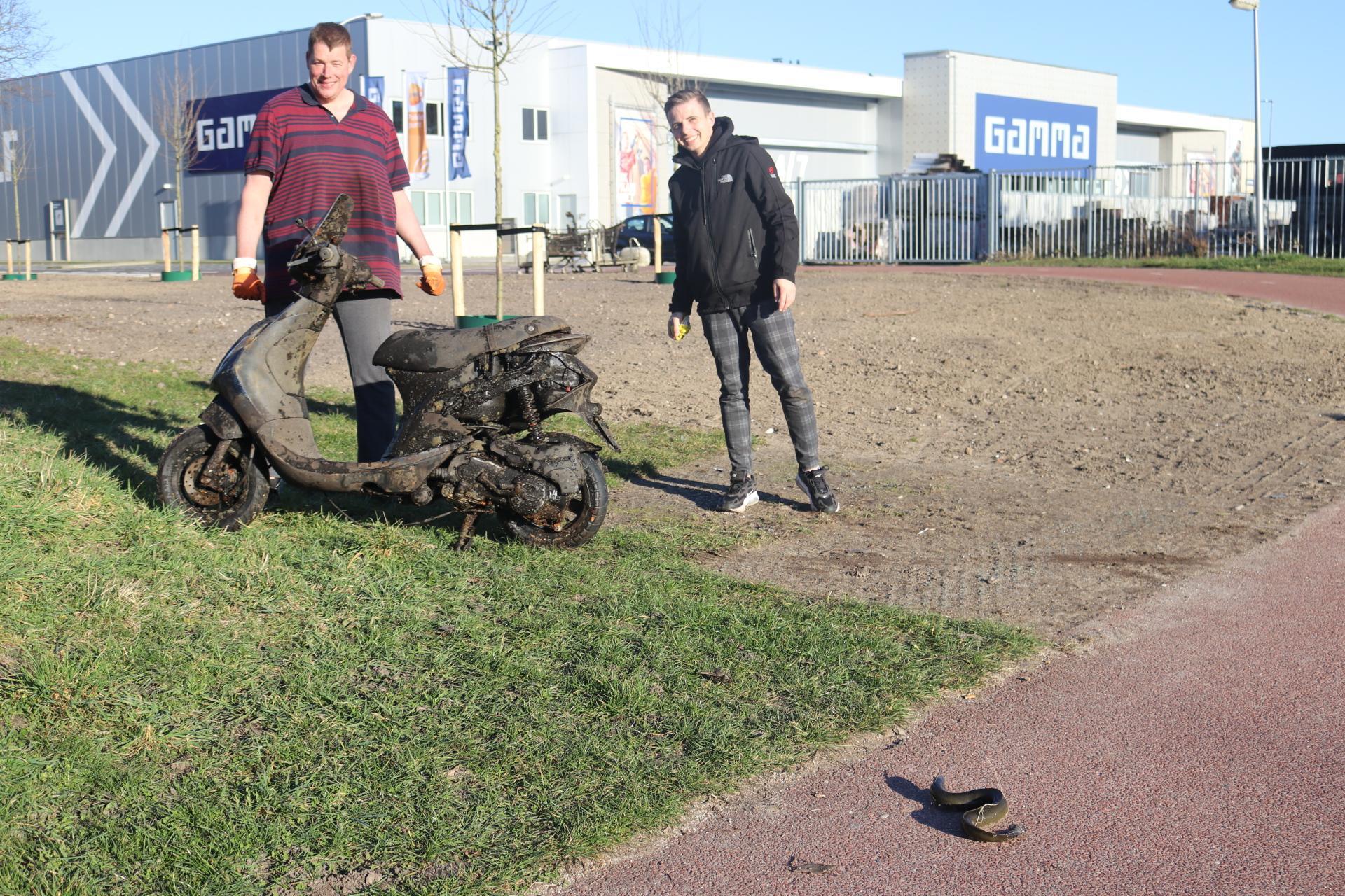 Magneetvisser Tim Bins uit Katwijk doet opnieuw opmerkelijke vondst: een mogelijk gestolen scooter