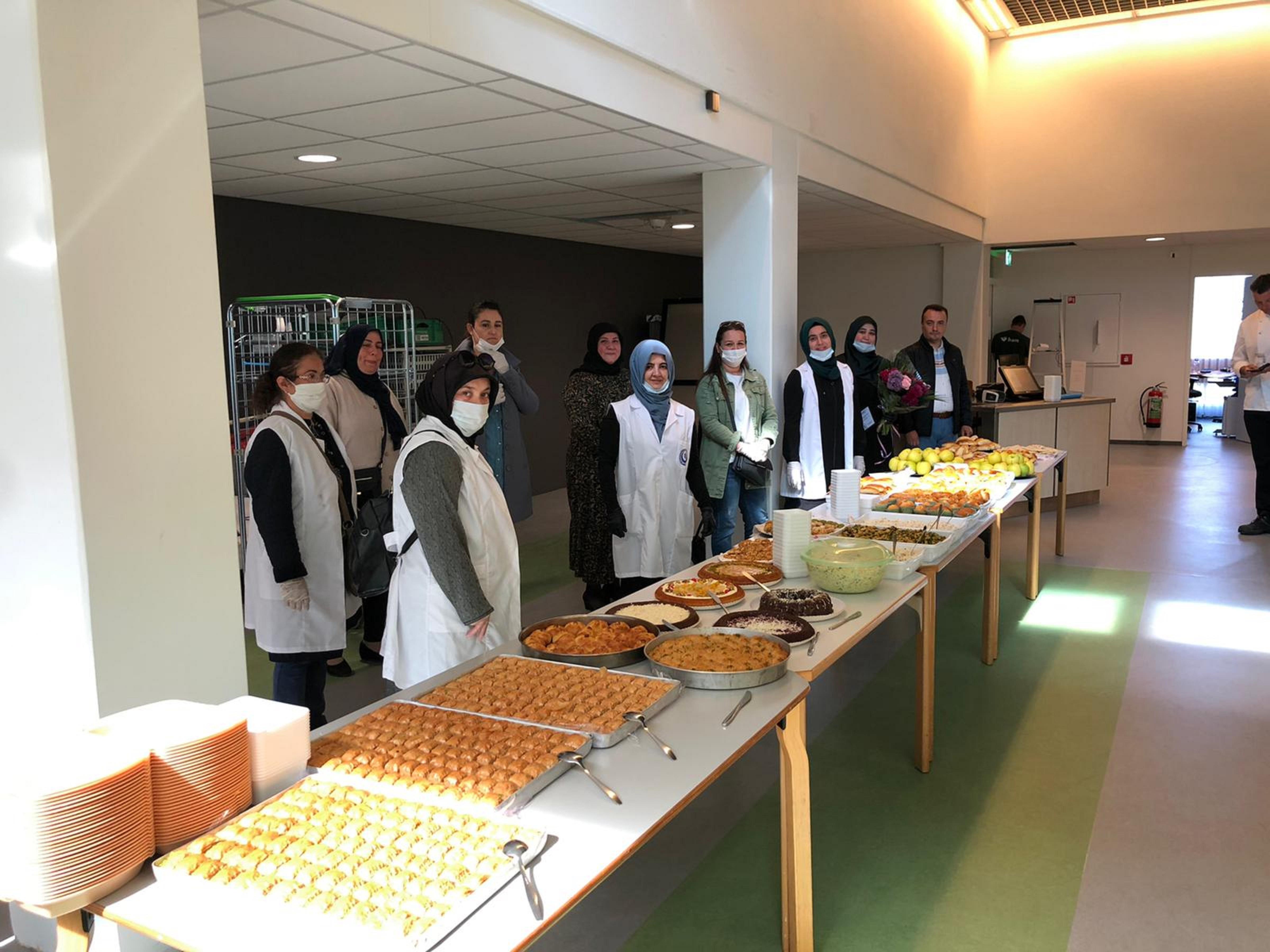 Personeel Dijklander Ziekenhuis in Purmerend verwend met tafels vol Turkse lekkernijen: 'Als dank voor hun inzet in deze moeilijke coronatijd'