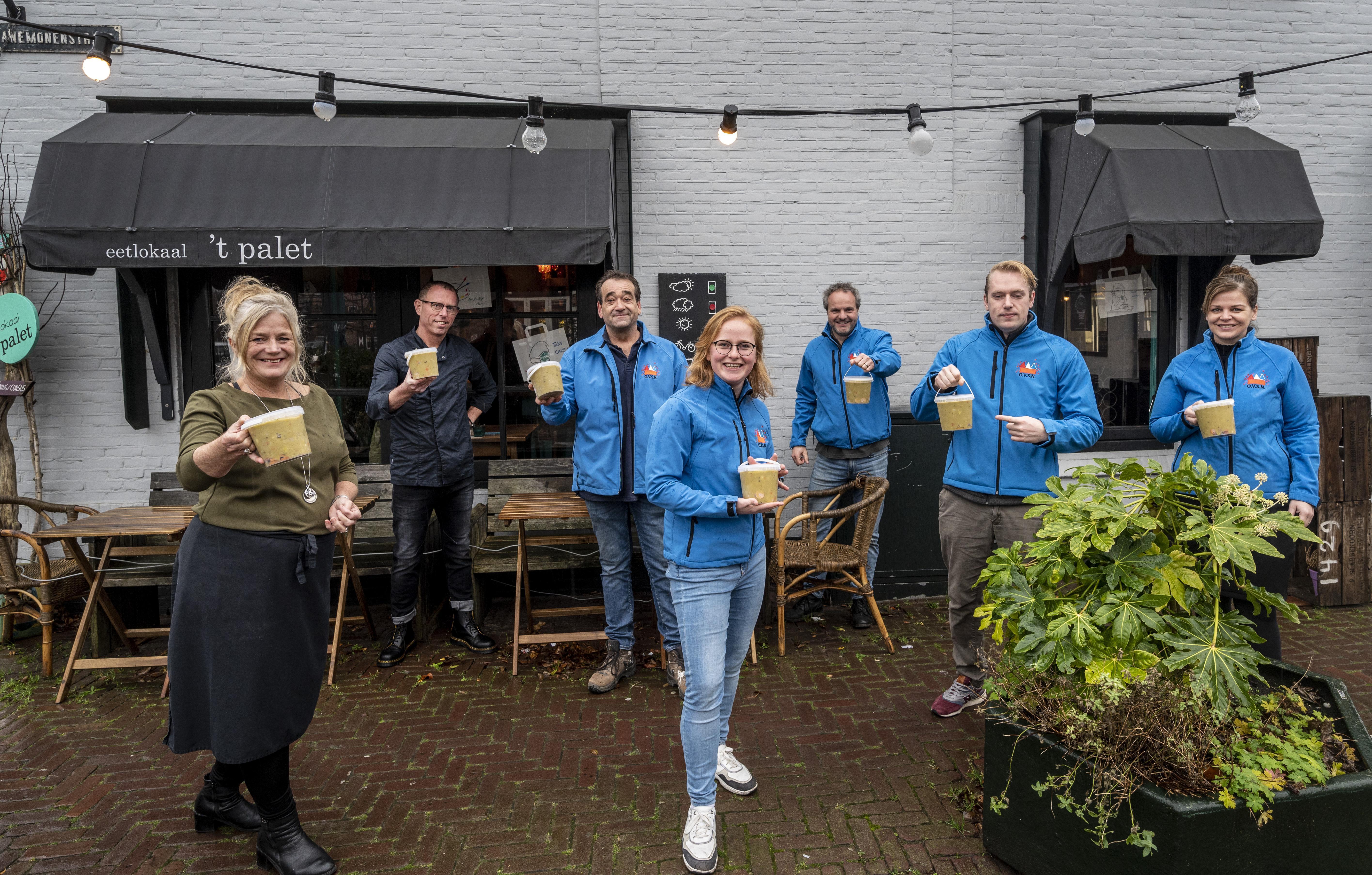 Scouts delen 520 liter snert van 't Palet en De Meijerij uit in Santpoort-Noord. 'Wat een leuke actie dit!'