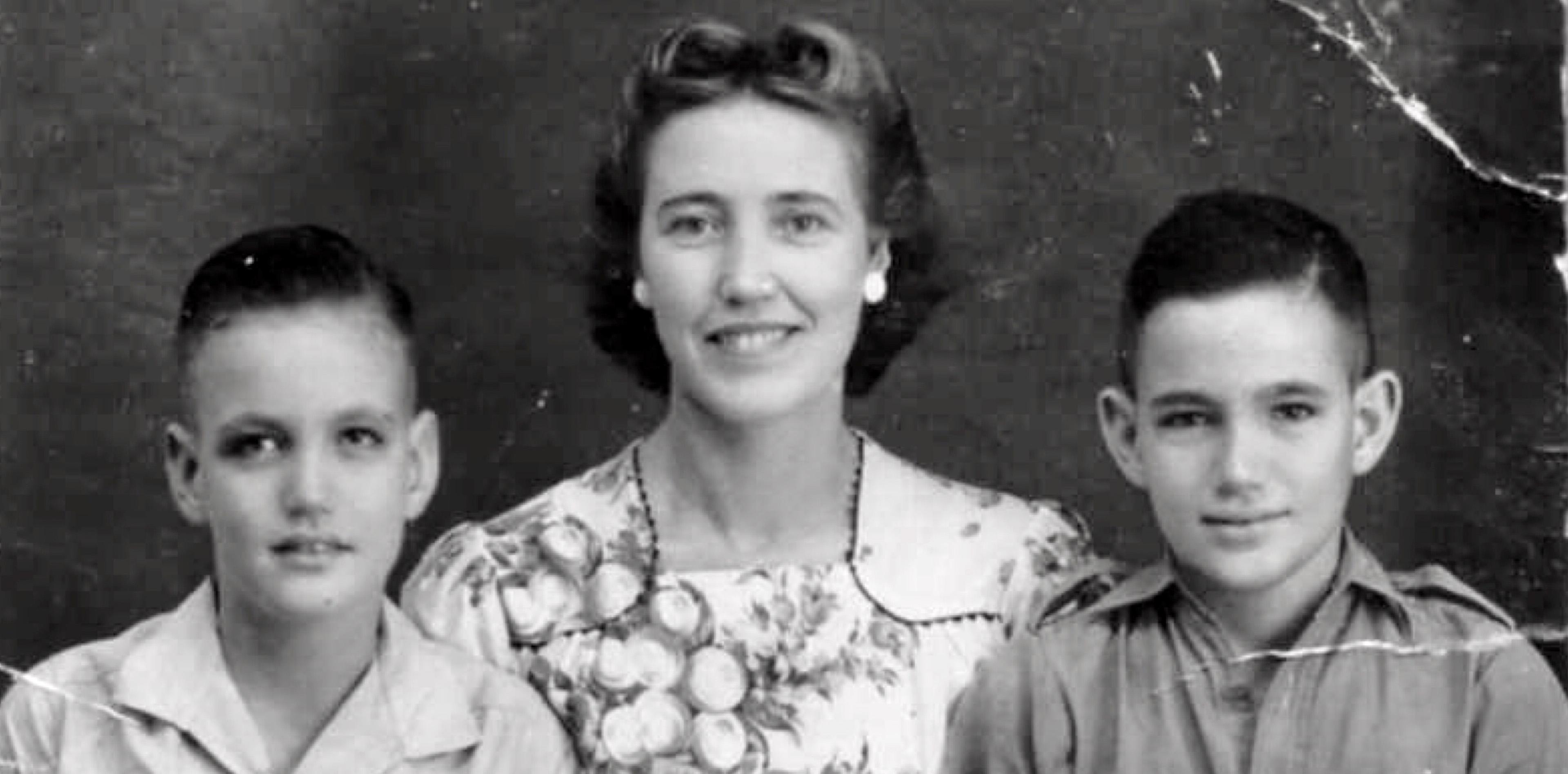 Dick Sijpestijn valt zijn moeder in de armen: 'Wat gek, ik ben zo gelukkig en ik huil'