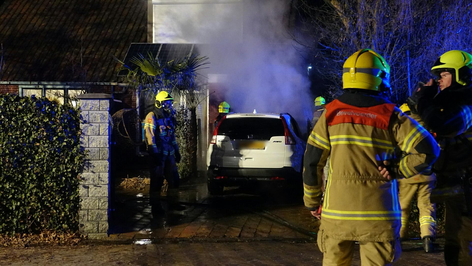 Auto verwoest door brand in Sijbekarspel, ook woning loopt schade op