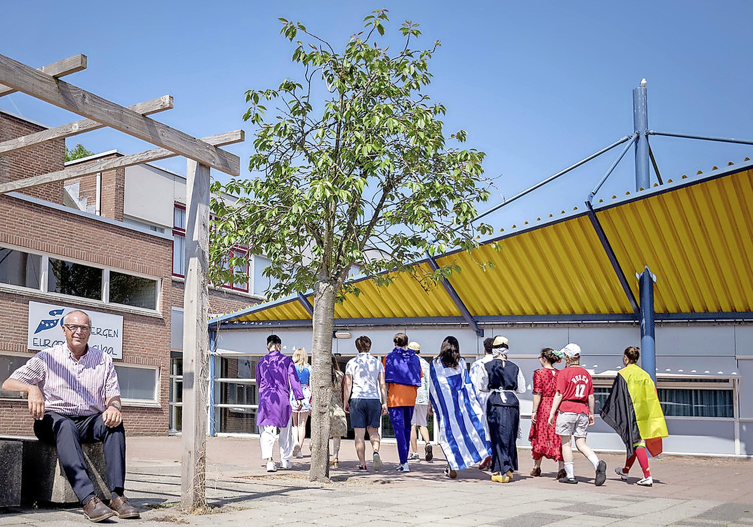 Er werd al een leerlinge aangereden. Omwonenden en de Europese School zijn ernstig bezorgd om het bouwverkeer en de verkeersplannen van de gemeente Bergen