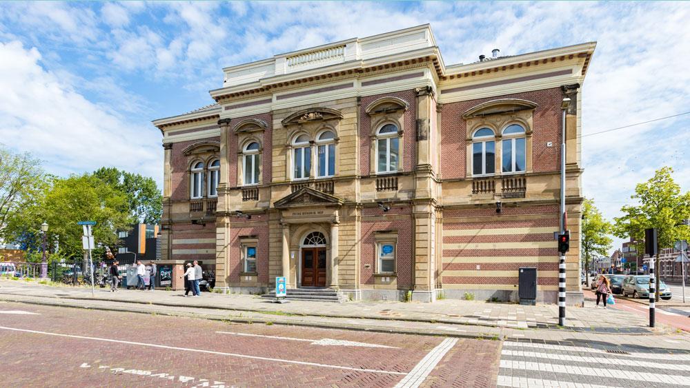 Cobraspen koopt alvast een boot voor hun nog niet bestaande viersterrenhotel aan de Leidsevaart in Haarlem. Nu de vergunningen voor dat hotel nog