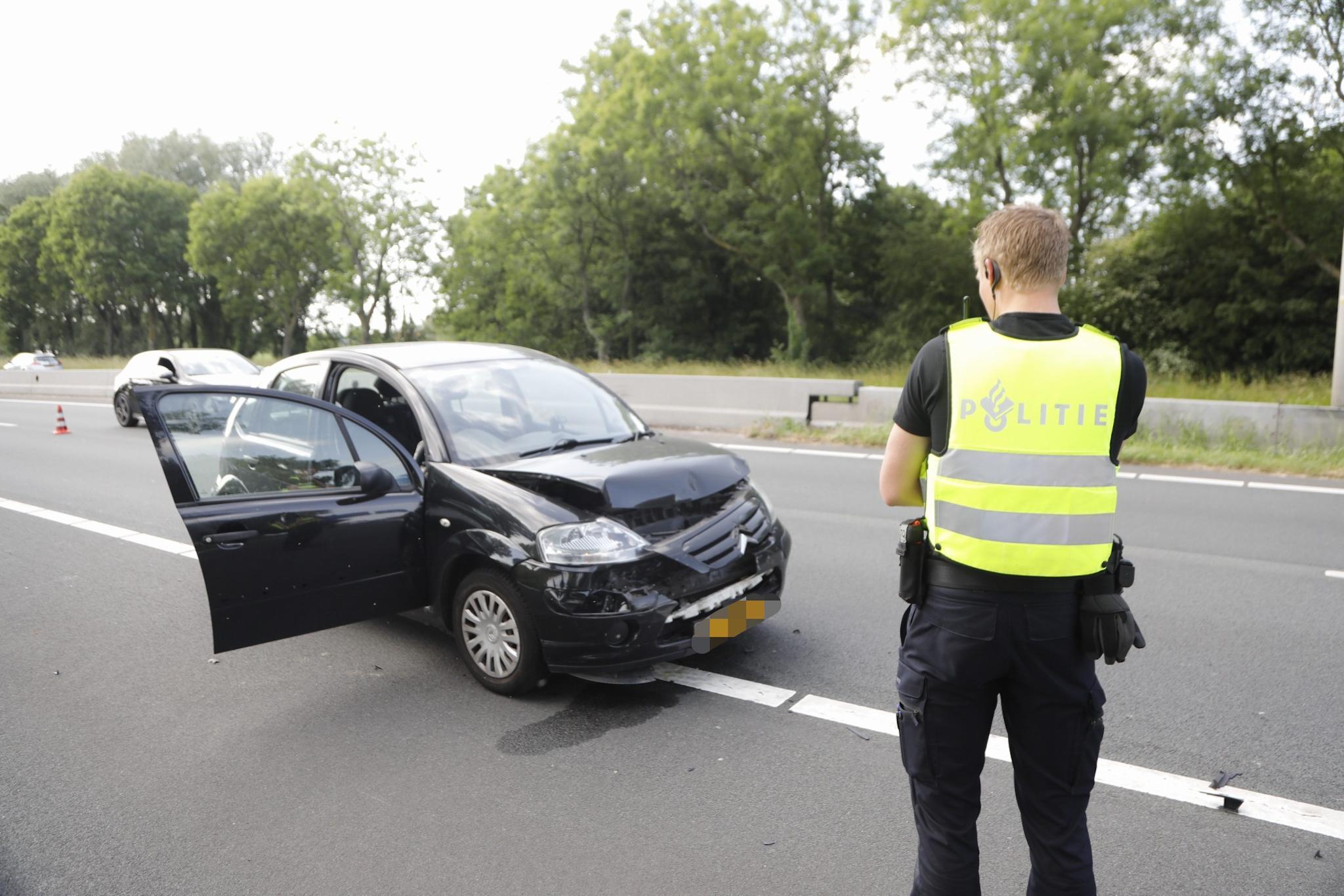 Twee ongelukken op honderd meter afstand op de N205 in Vijfhuizen, vier voertuigen weggesleept