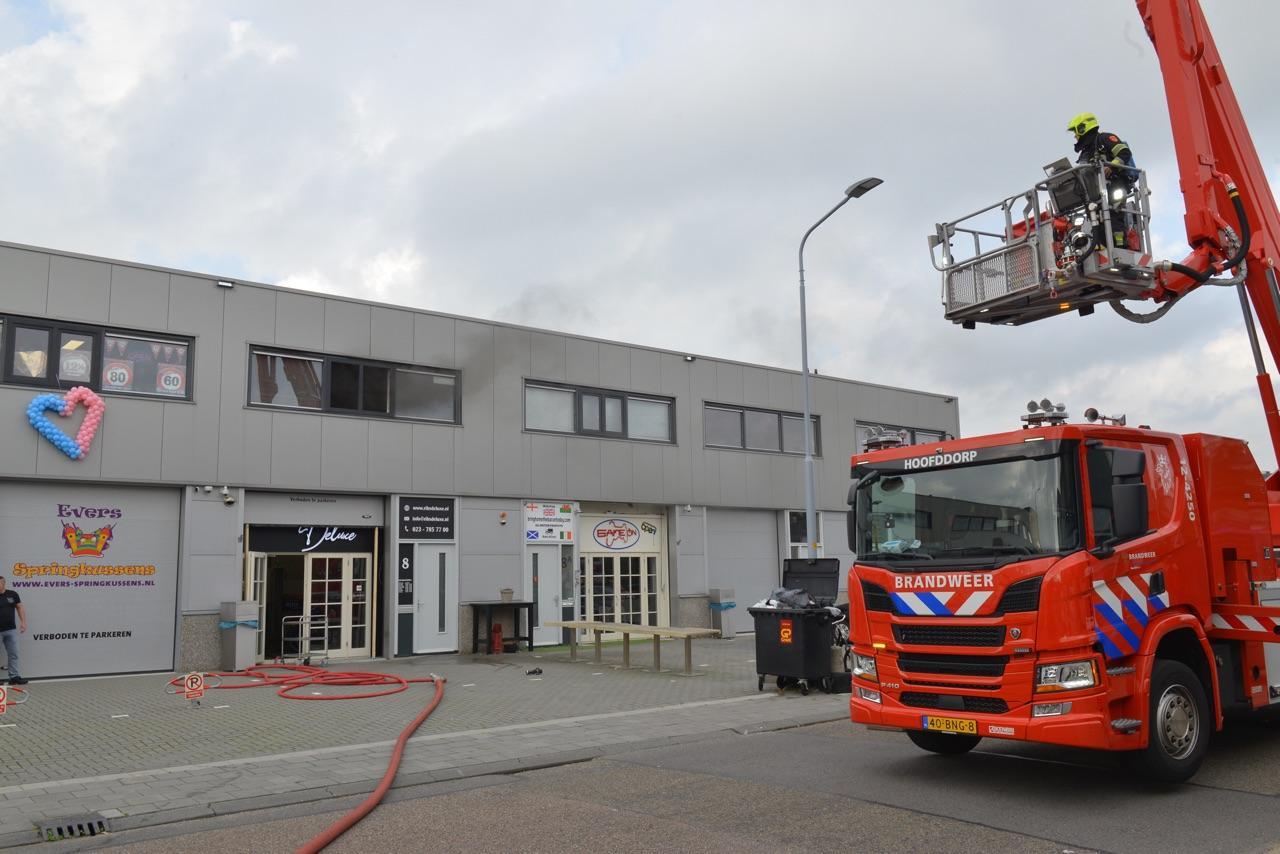 Brandweer treft wietplantage aan bij brand op industrieterrein in Hoofddorp