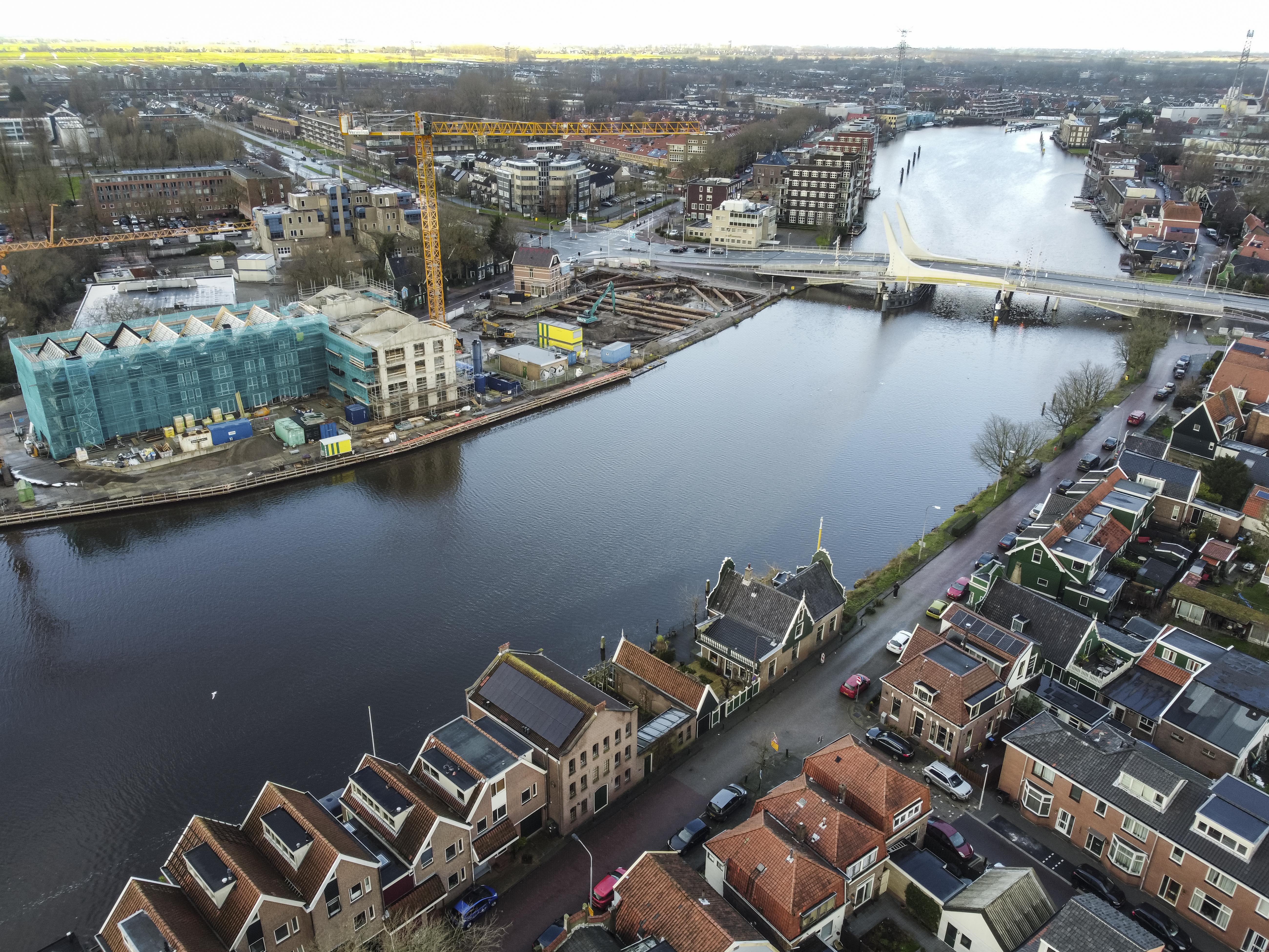 'Vol gas' wordt gebouwd aan De Industrieel, op het voormalige gasterrein langs de Zaan [luchtfoto]