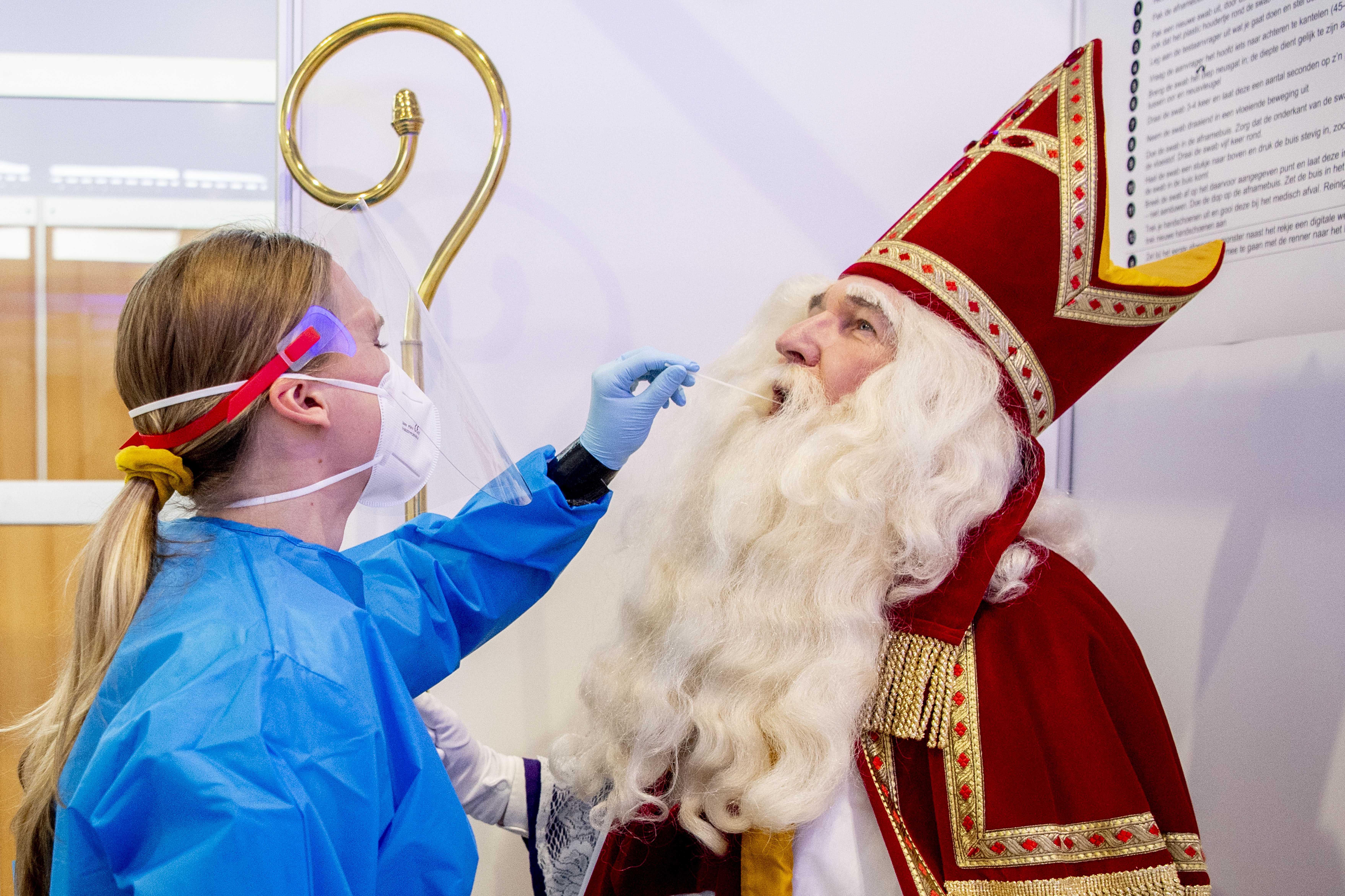 In beeld: Sinterklaas laat zich testen op corona op Schiphol