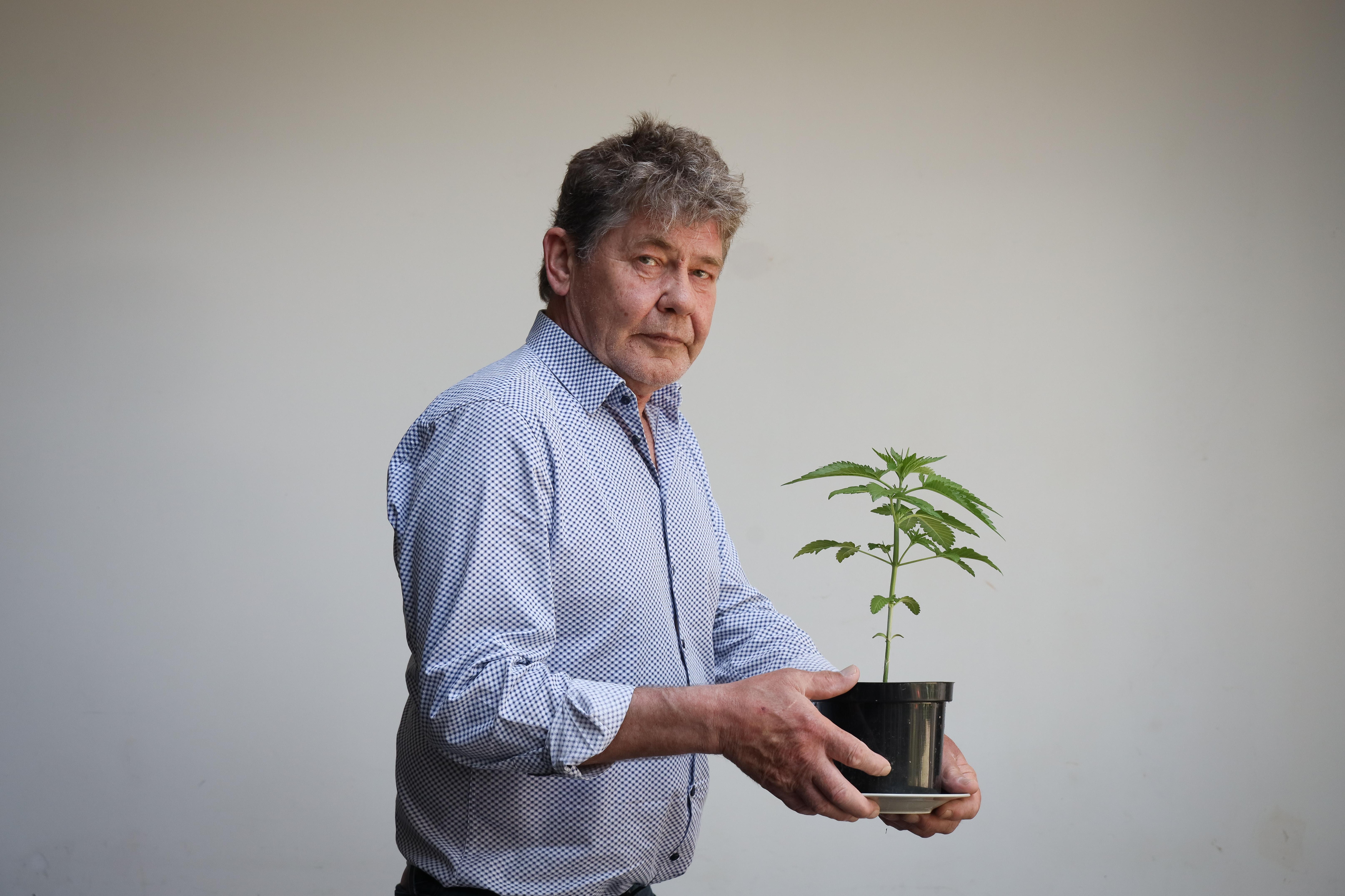 Henry Dekker (62) maakte zes overvallen en meer dan dertig inbraken mee in zijn coffeeshops, maar zit nu zelf in het beklaagdenbankje: 'Opgejaagd door de politie en criminelen'