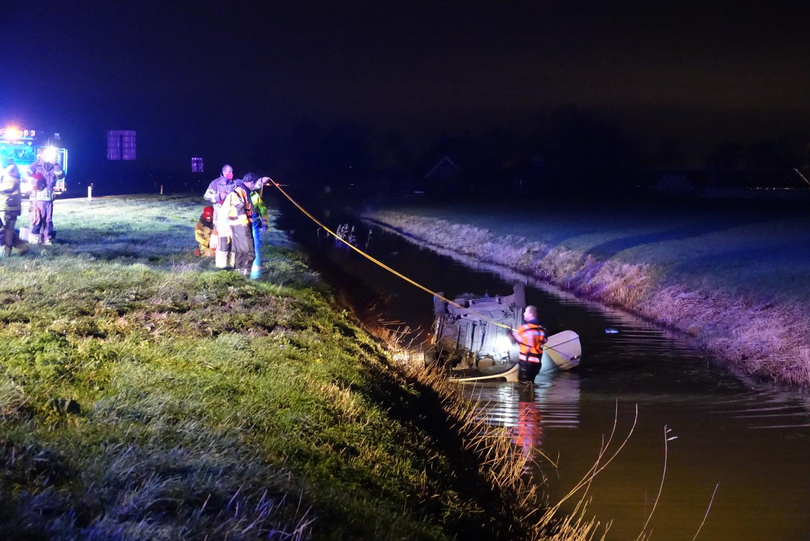 Twee auto's te water in Middenbeemster, waarvan eentje op z'n kop