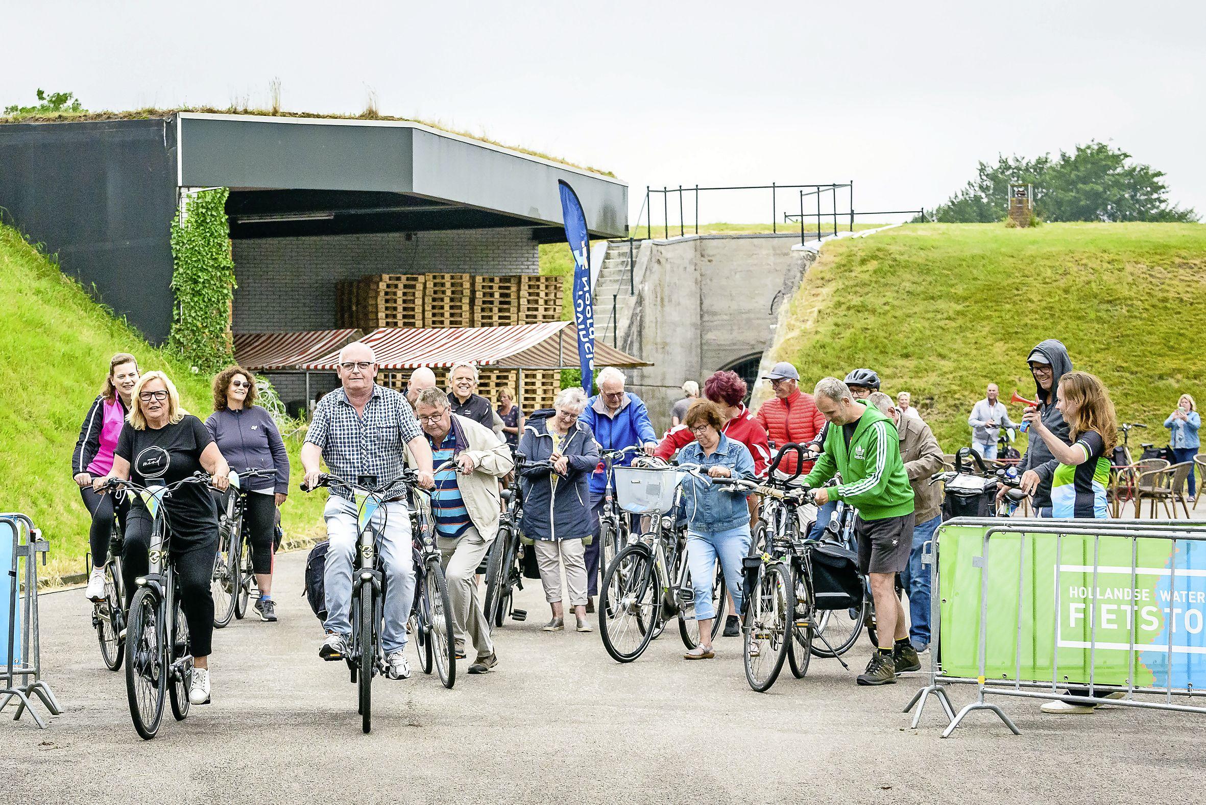 Hollandse Waterlinies Fietstour rondom Purmerend drukbezocht: 'Nou en of ik het verhaal achter de waterlinies weet'