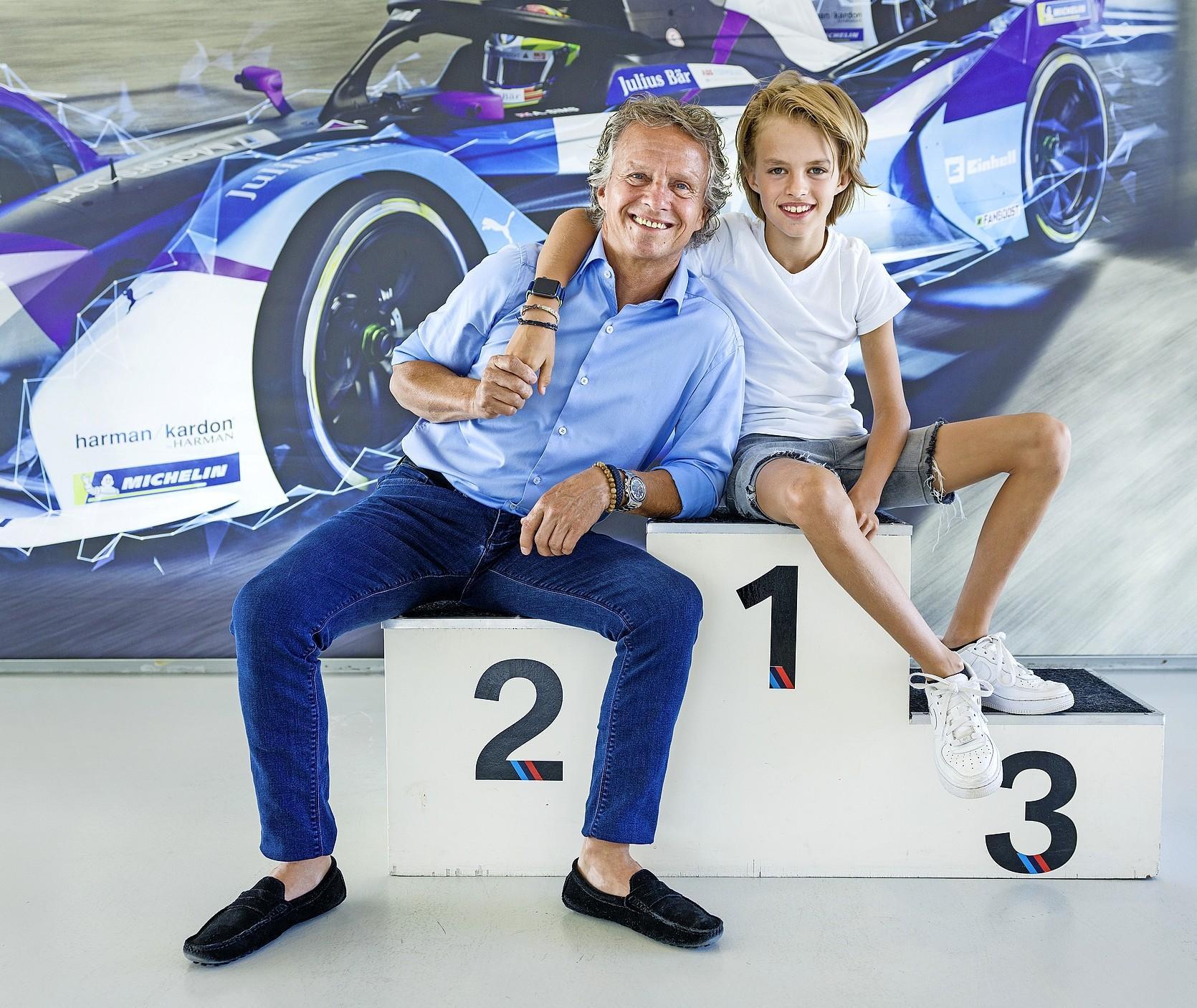 René Lammers heeft succes in de kartsport en krijgt daarbij hulp van vader Jan. 'Ik begon 'pas' op mijn twaalfde, terwijl René al een klein veteraantje is'.
