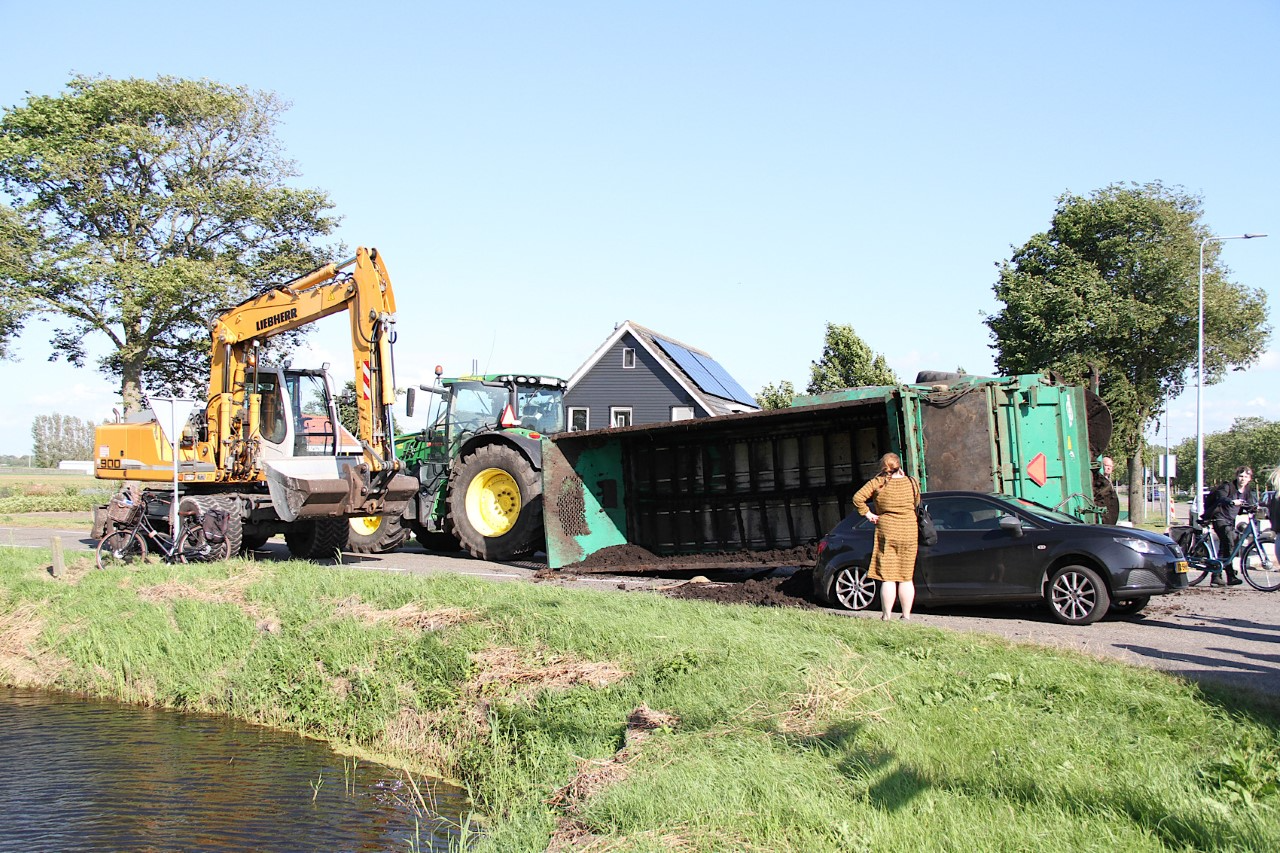 Laadbak van tractor valt op auto in Anna Paulowna [video]
