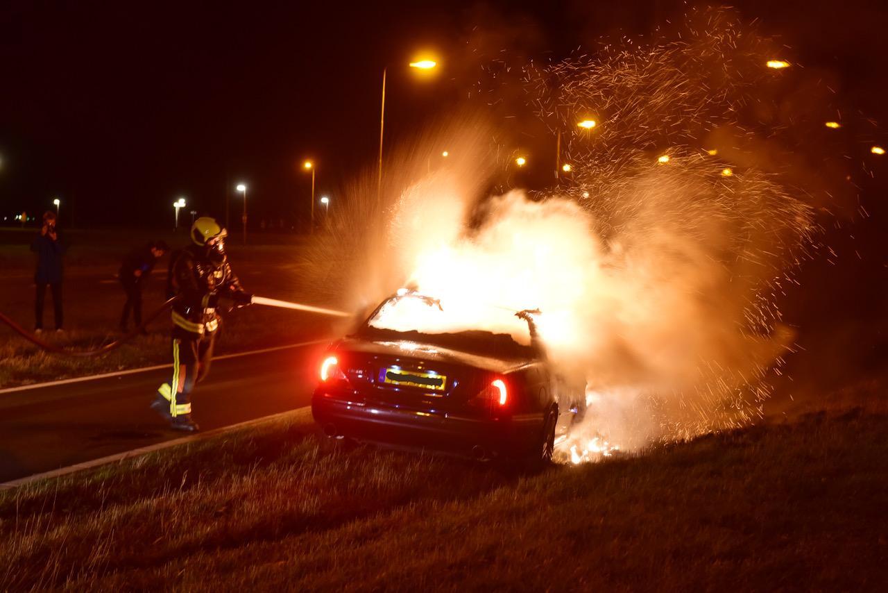 Jaguar vliegt in brand tijdens het rijden in Oud Ade. Bestuurder komt er ongeschonden vanaf. Wagen volledig verwoest